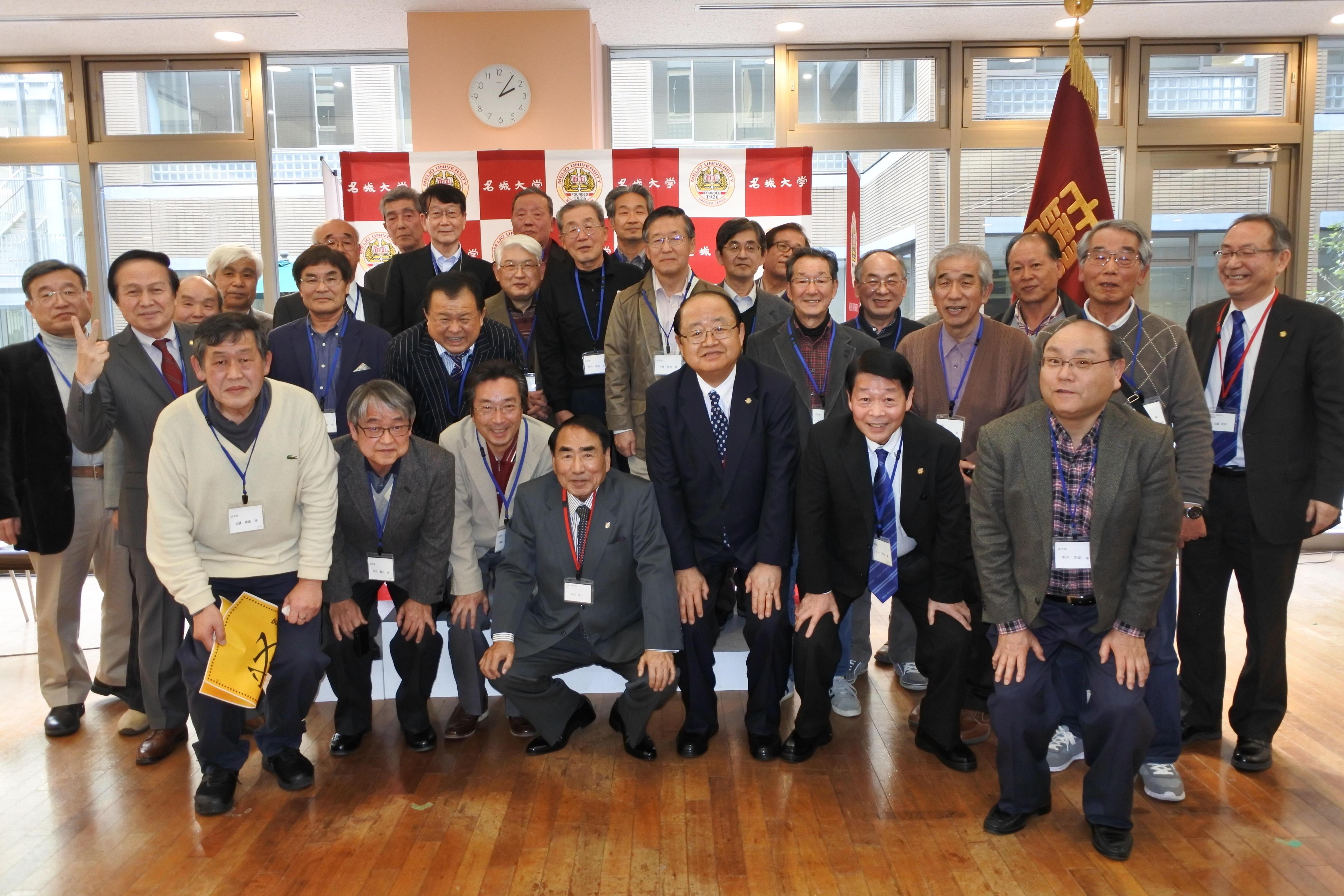 立花貞司理事長(前列右から3人目)と記念撮影する法学部卒業生たち