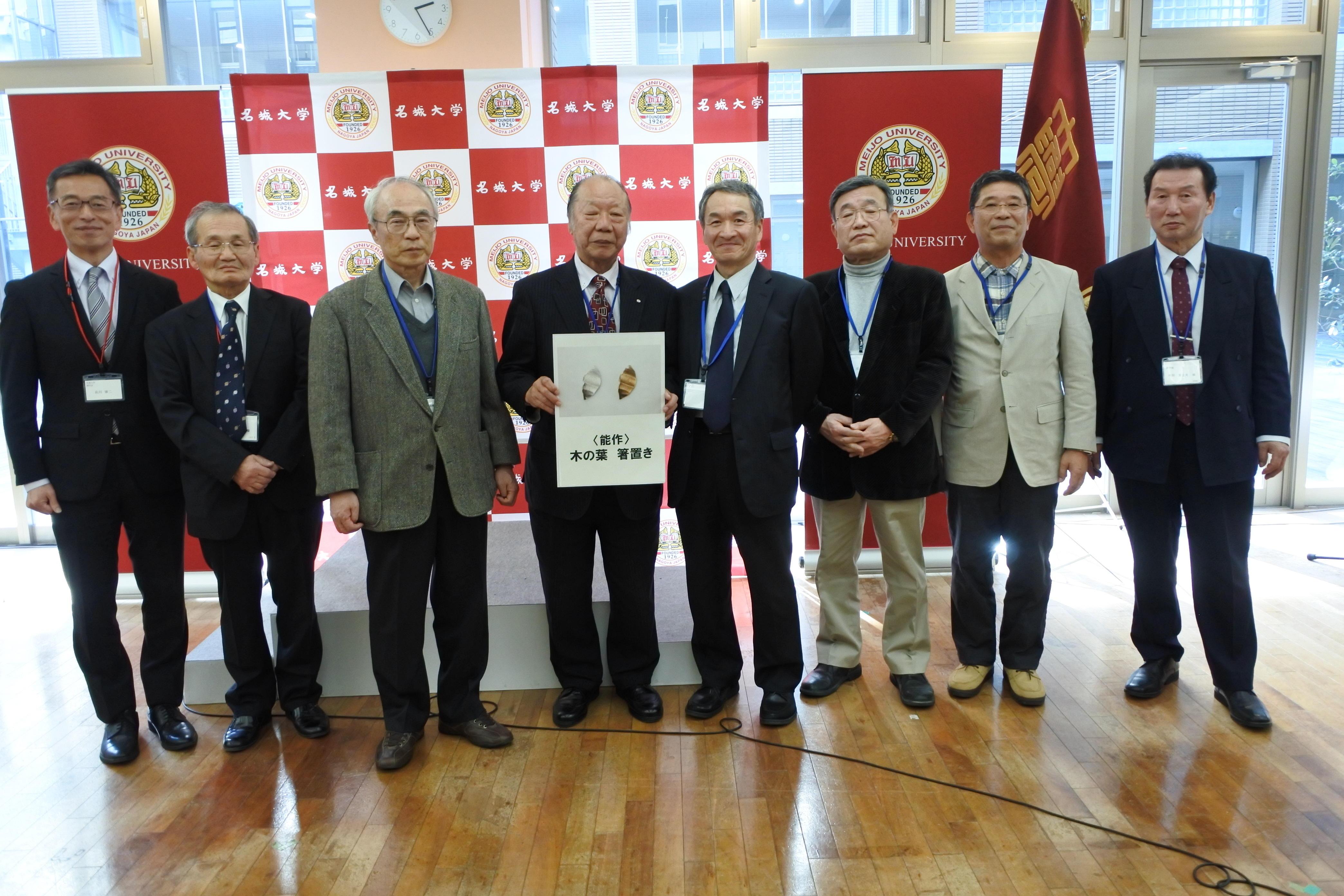 遠方賞の7人と佐川雄二副学長(左端)