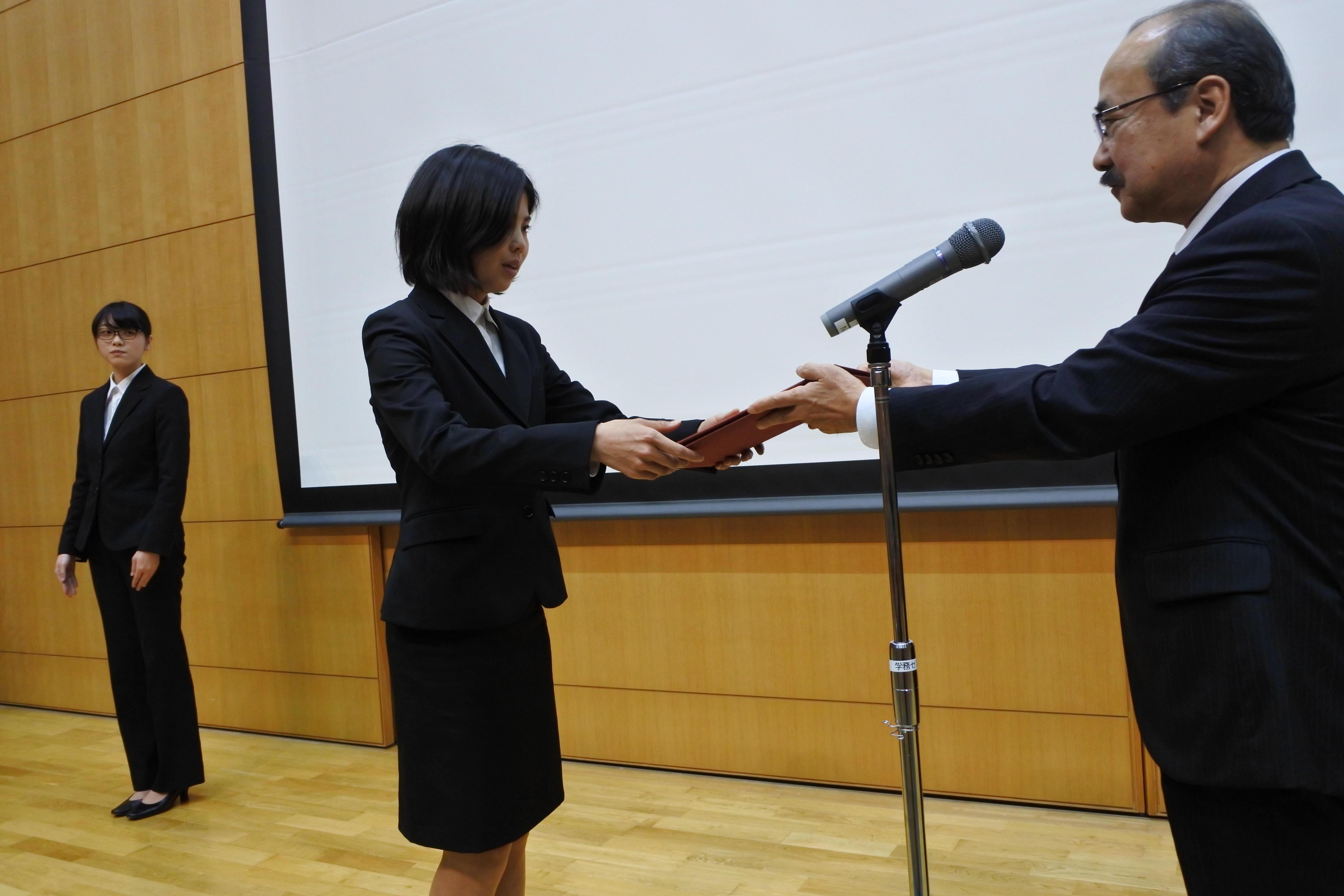 学長表彰を受ける女子駅伝部代表の塩崎葵さん(法学部法学科3年)
