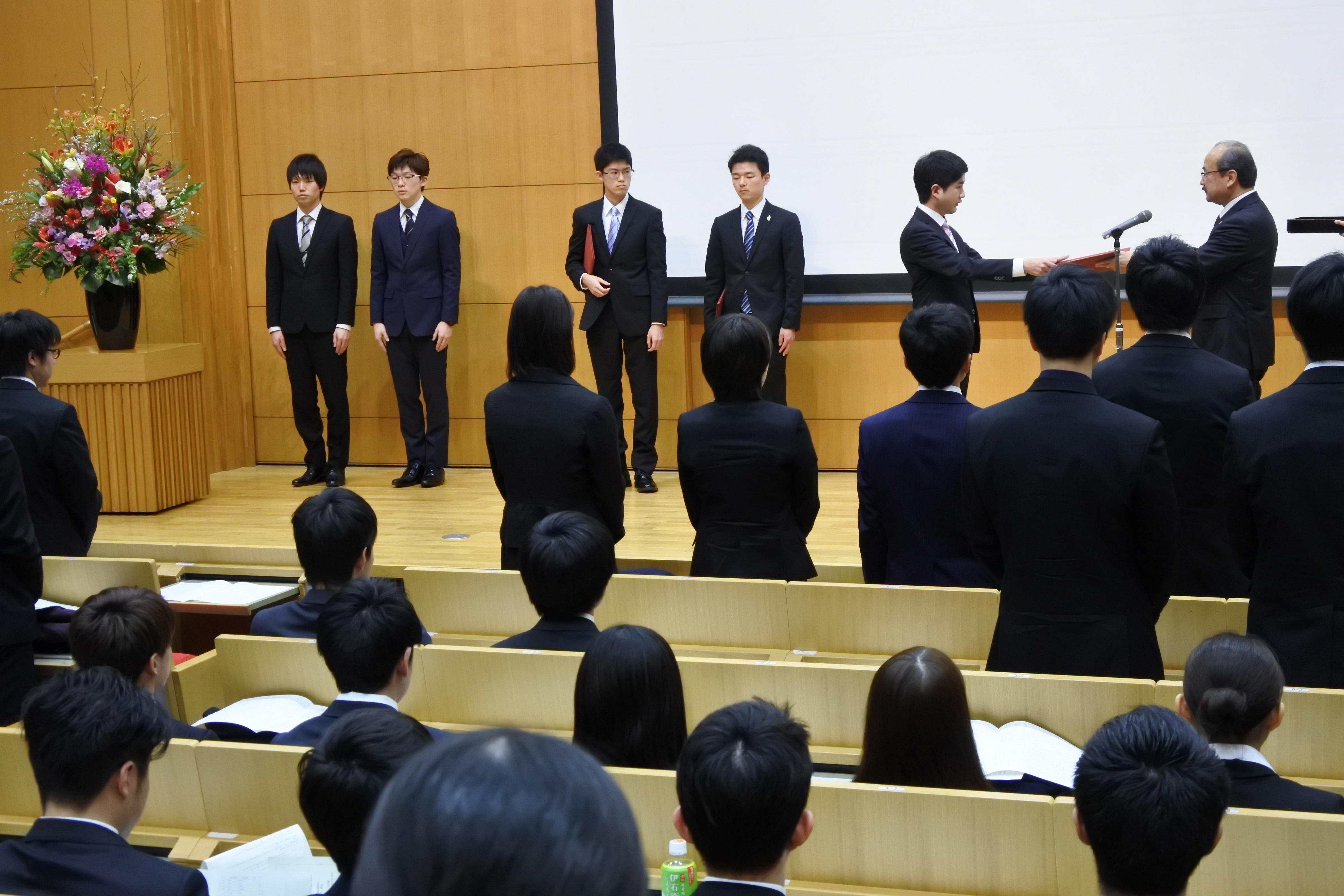 代表して表彰を受ける学生たち