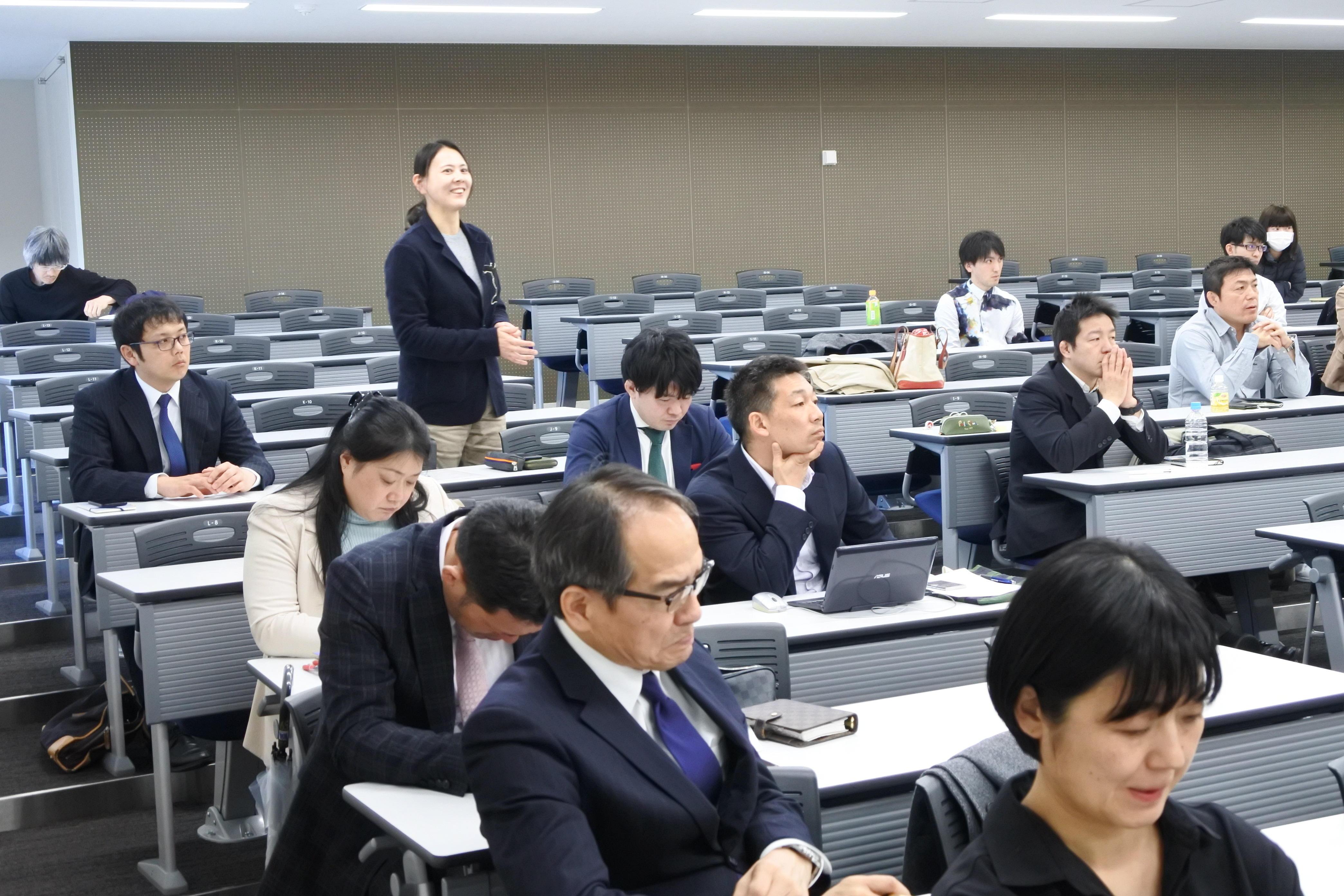 バレーボール部のケースについて話す金子美由紀准教授
