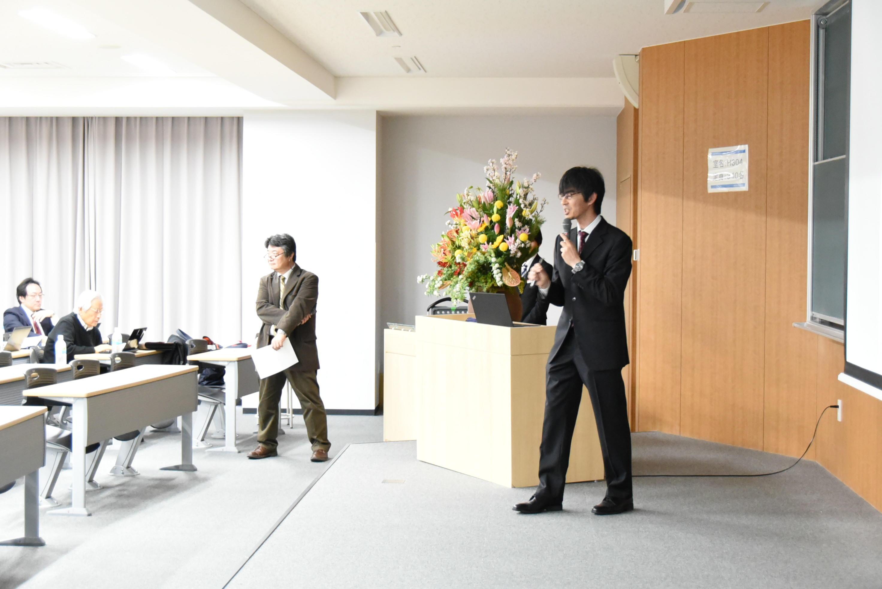 光デバイス研究センター長の竹内教授の研究発表