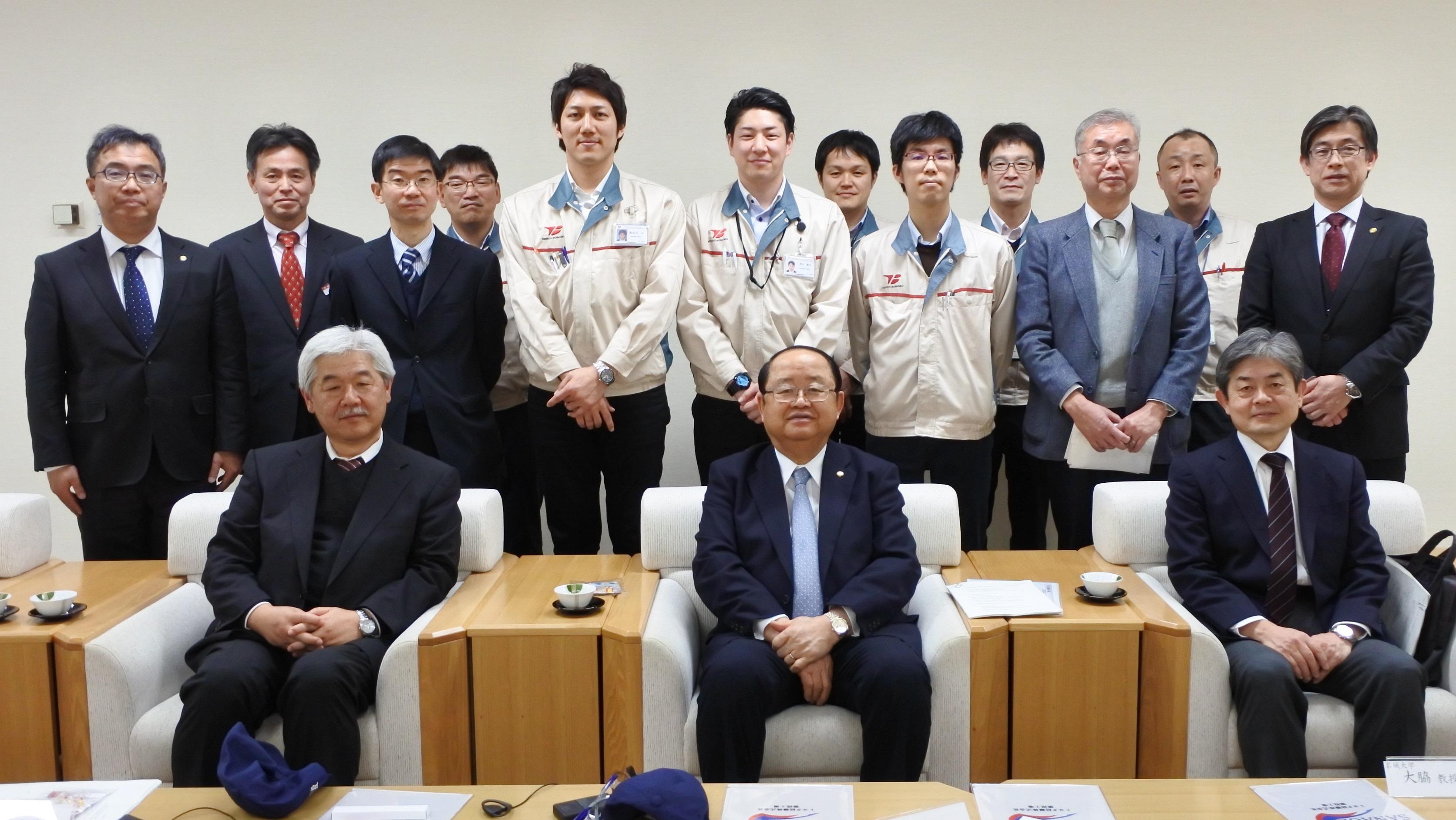 記念写真に納まる本学関係者とトヨタ紡織関係者