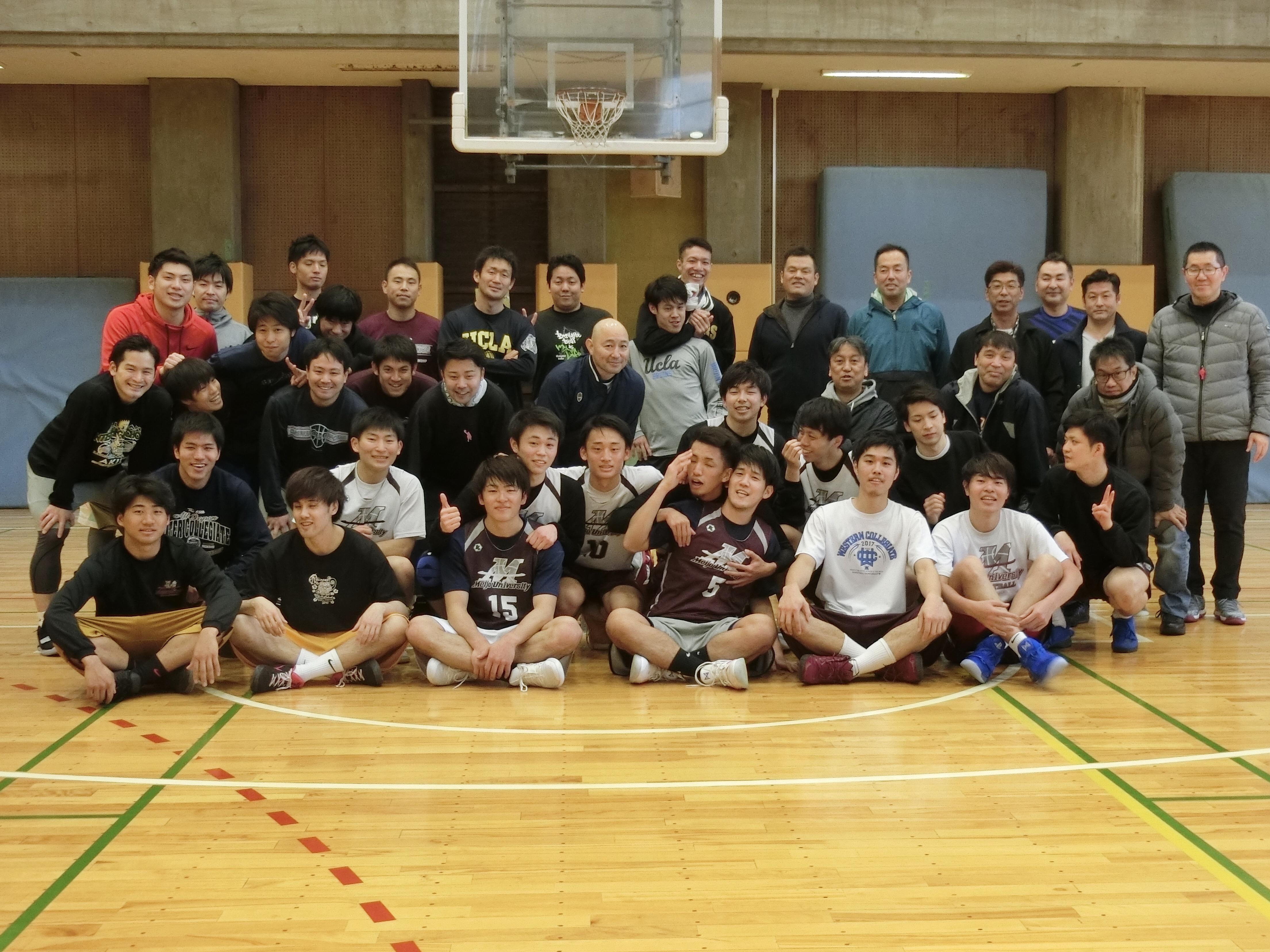 記念写真に納まるバスケットボール部の卒業生と在学生