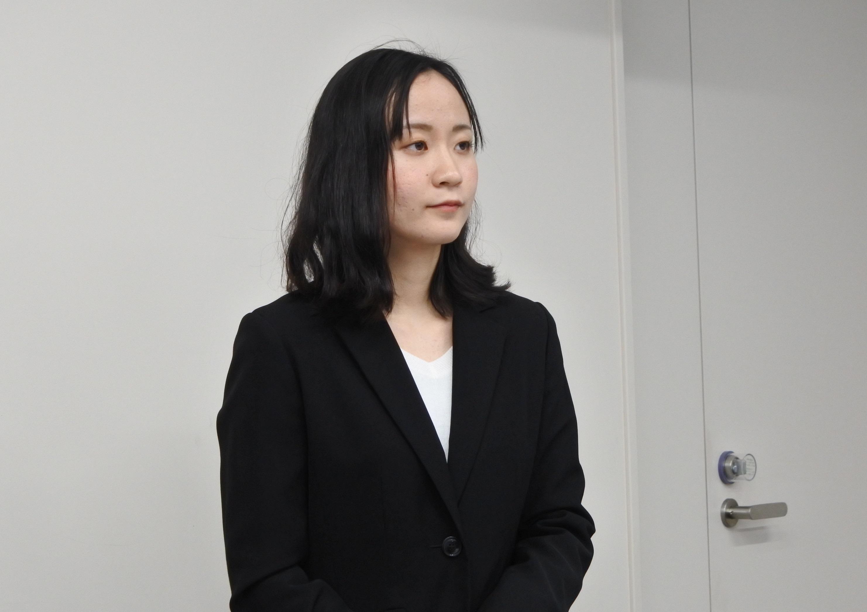 質問を聞く夏目彩佳さん
