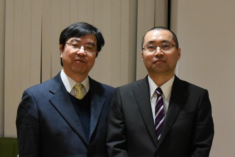 合格者の加藤さん(右)と近藤法学部長