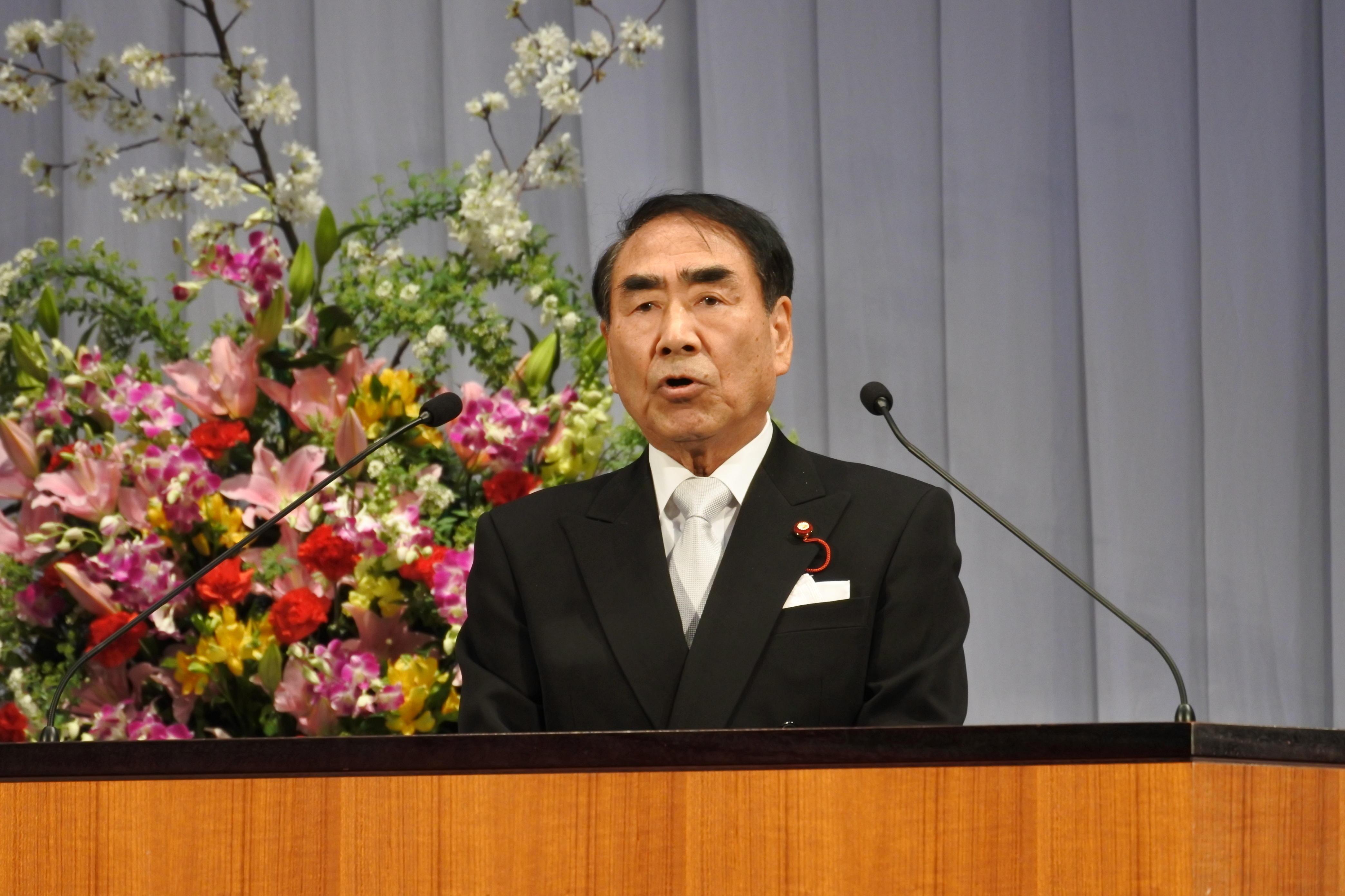 祝辞を贈る山田弥一校友会会長