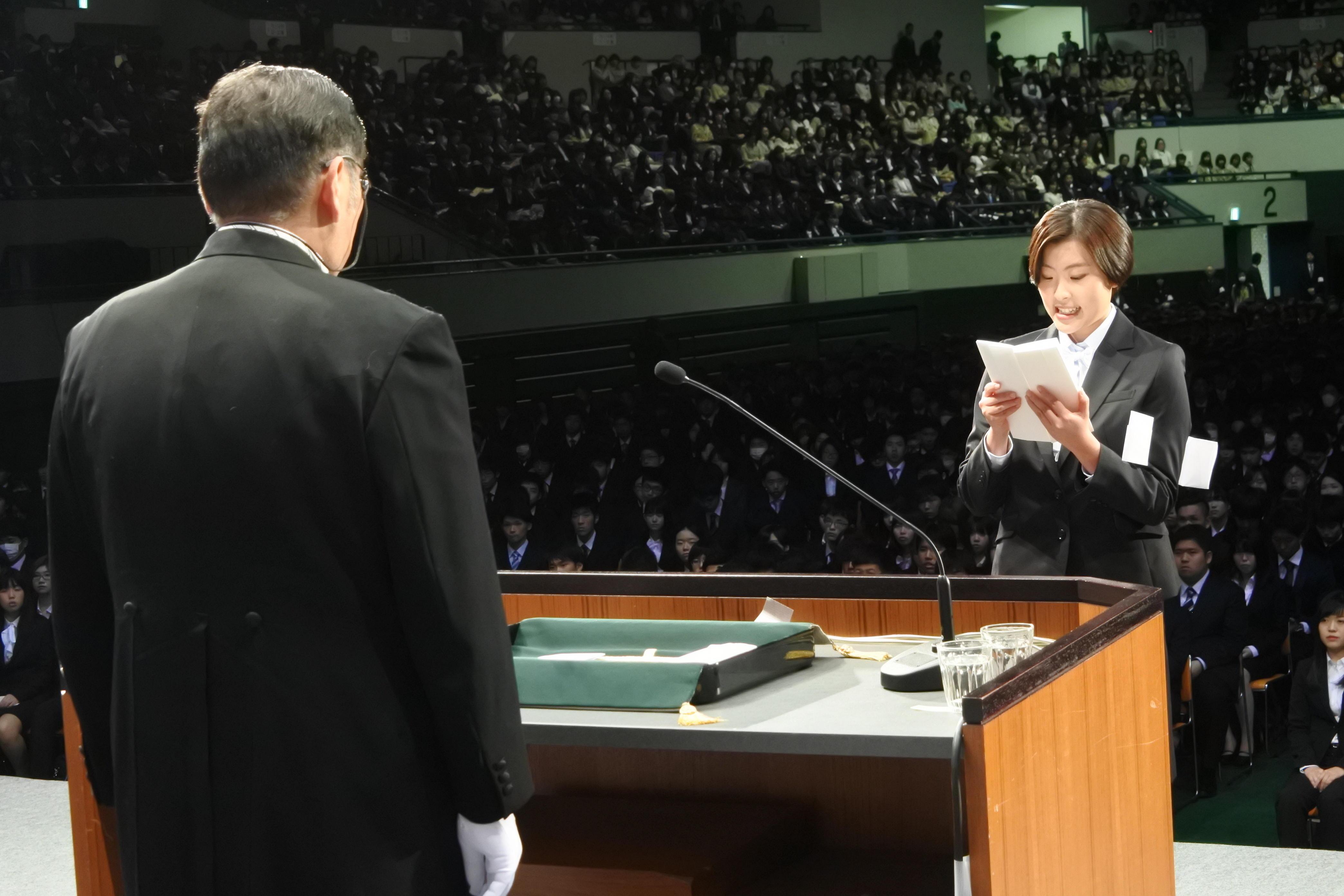新入生宣誓を読み上げる成田千夏さん