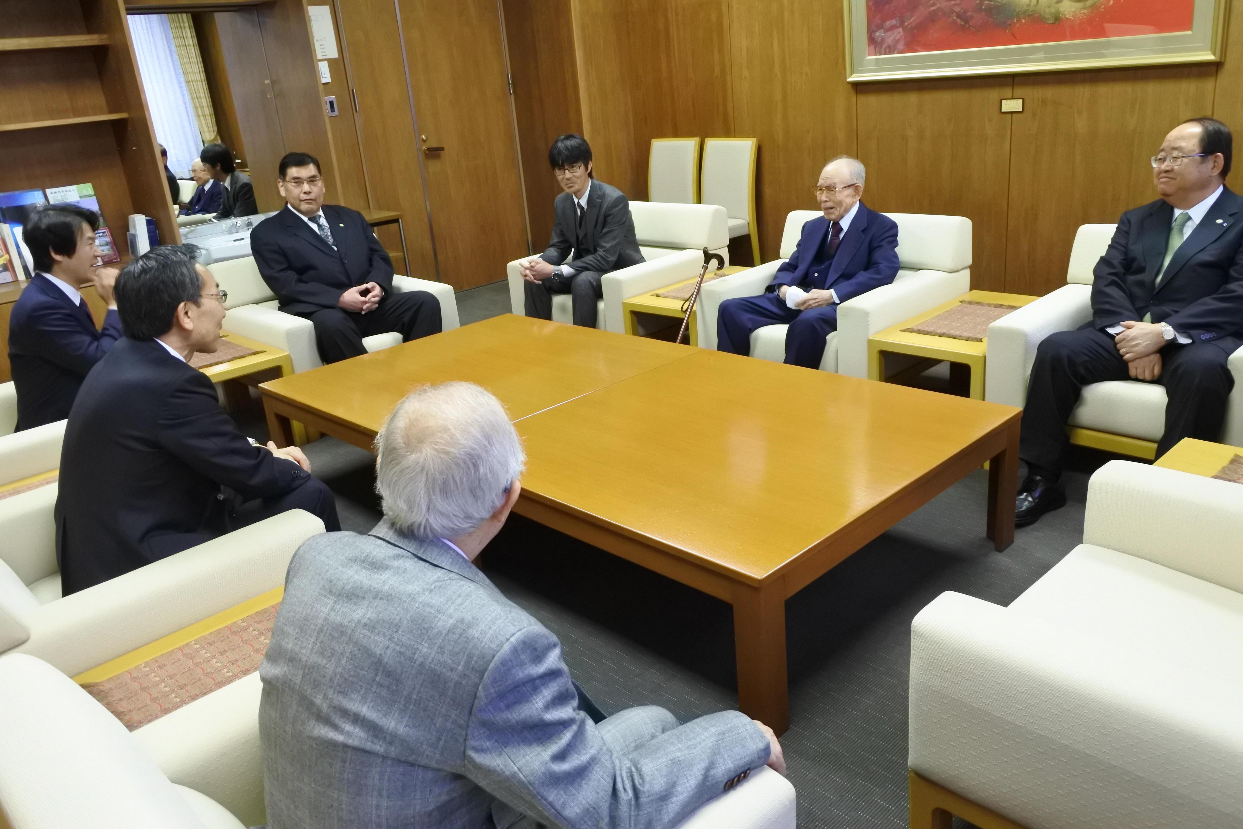 大野総長らと懇談する赤﨑終身教授(右から2人目)