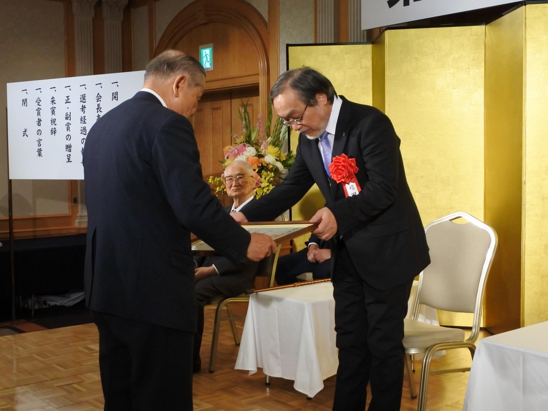 賞状を受ける福田教授