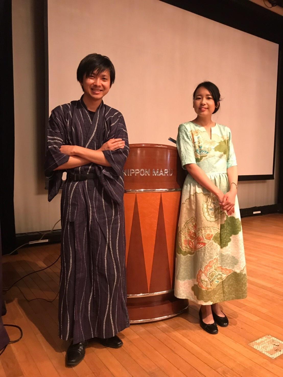 津田梅子を紹介した津田塾大学の学生と記念撮影