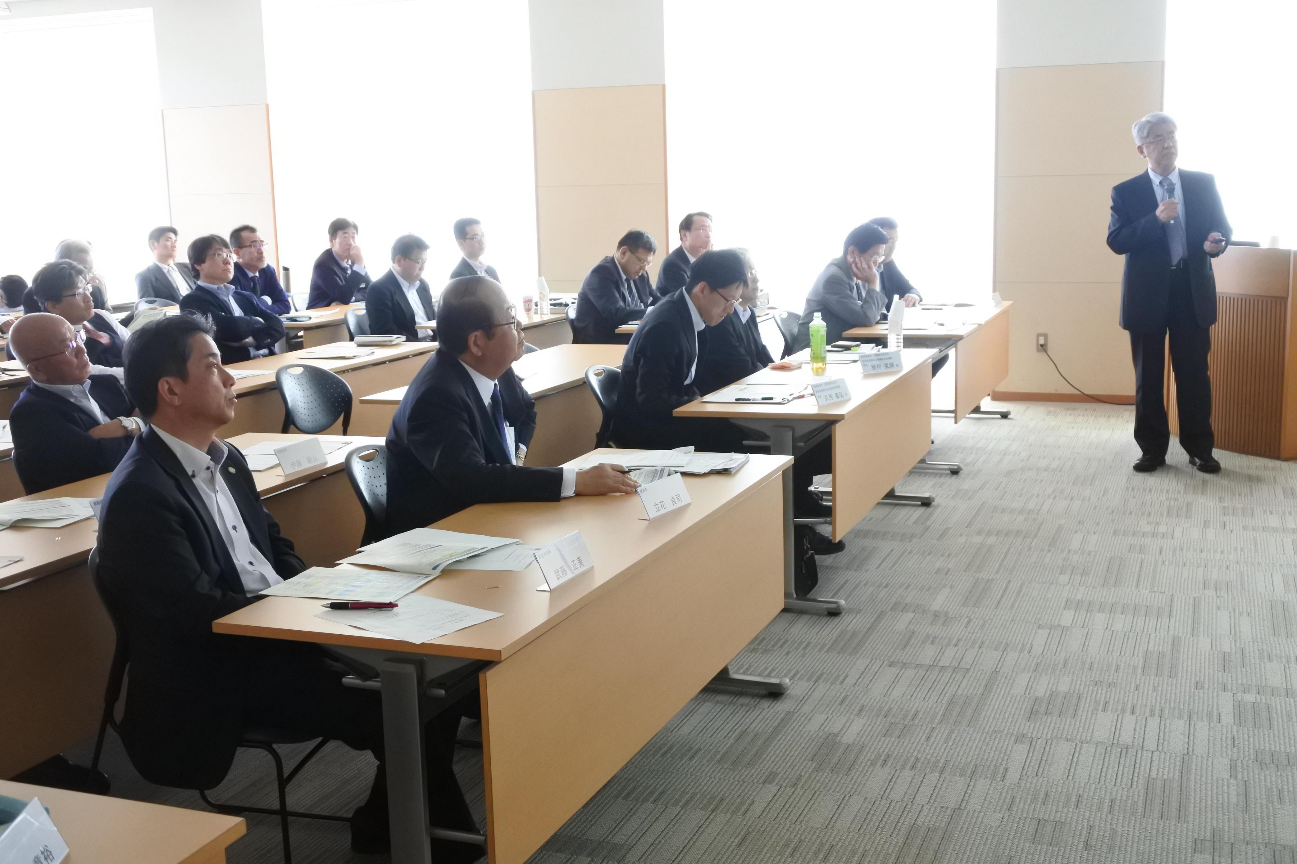 宮林氏の講演を聞く大学運営会議のメンバー