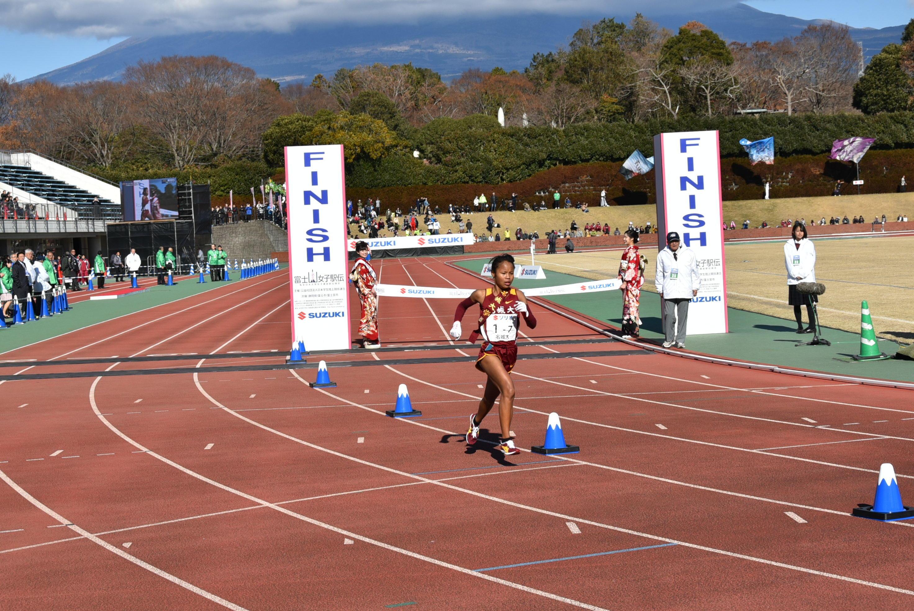 優勝した昨年末の富士山女子駅伝で激走する髙松さん