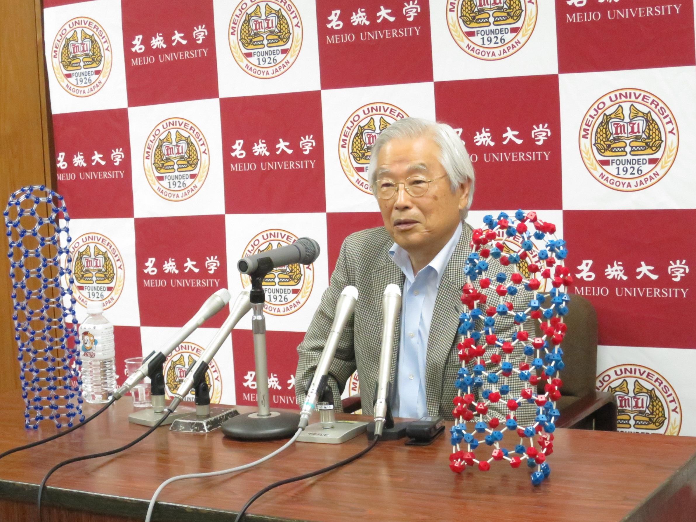 2018年9月14日の記者懇談会で自身の論文が「世界的に人気」となっていることを説明する飯島澄男終身教授