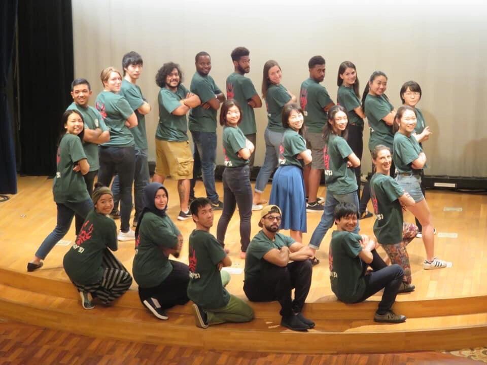 GグループおそろいのTシャツでGを表現している集合写真