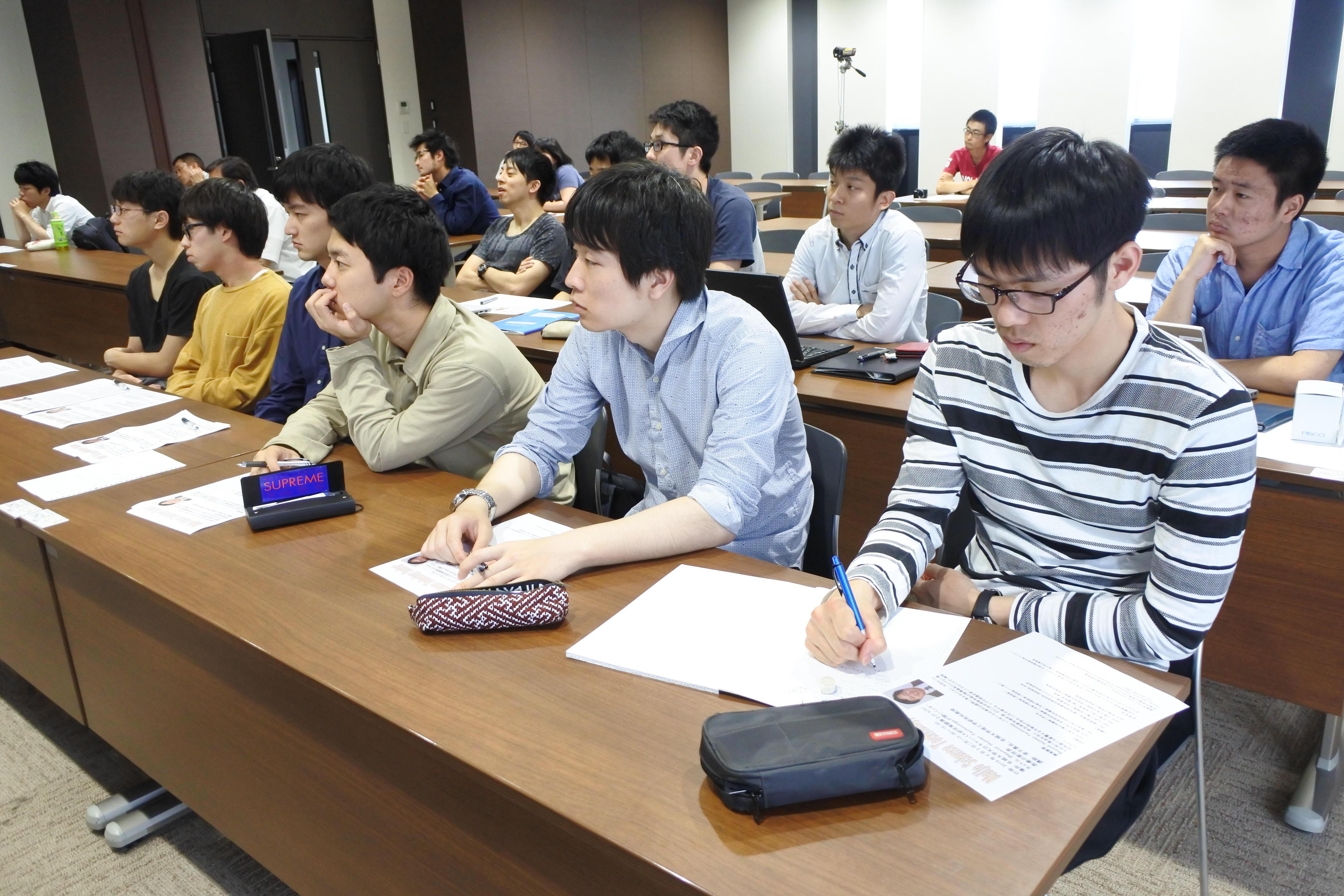 熱心に聴講する学生たち