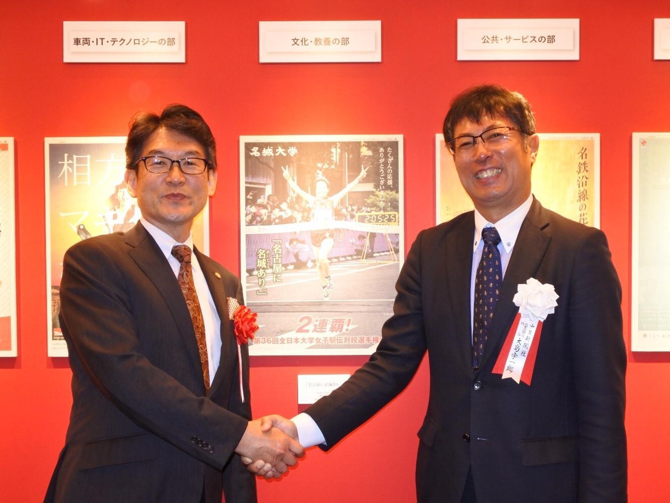 受賞作と記念写真(右は大島宇一郎中日新聞社代表取締役社長)