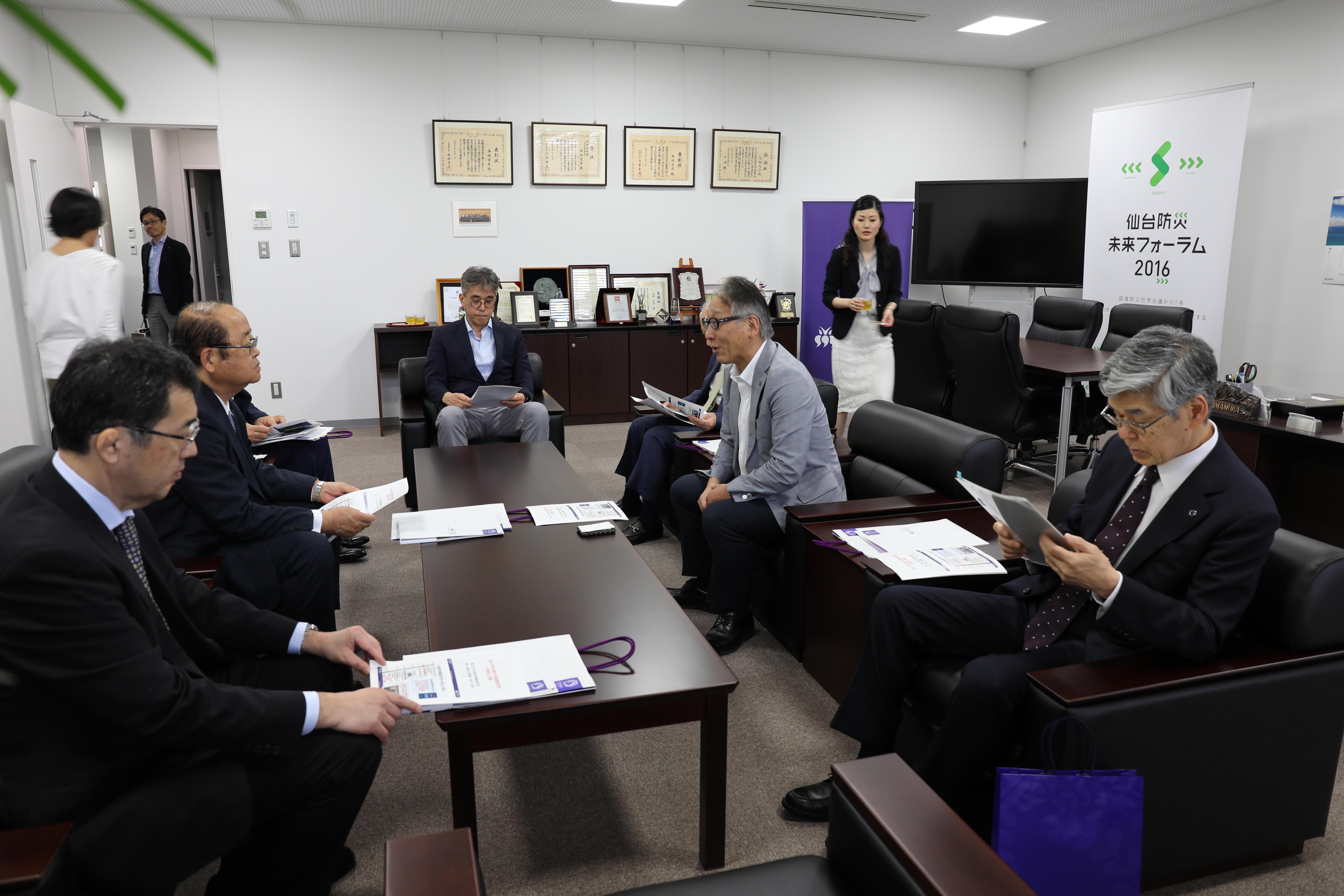 災害科学国際研究所で今村文彦所長から研究所の取り組みの説明を受ける理事長ら(左側)