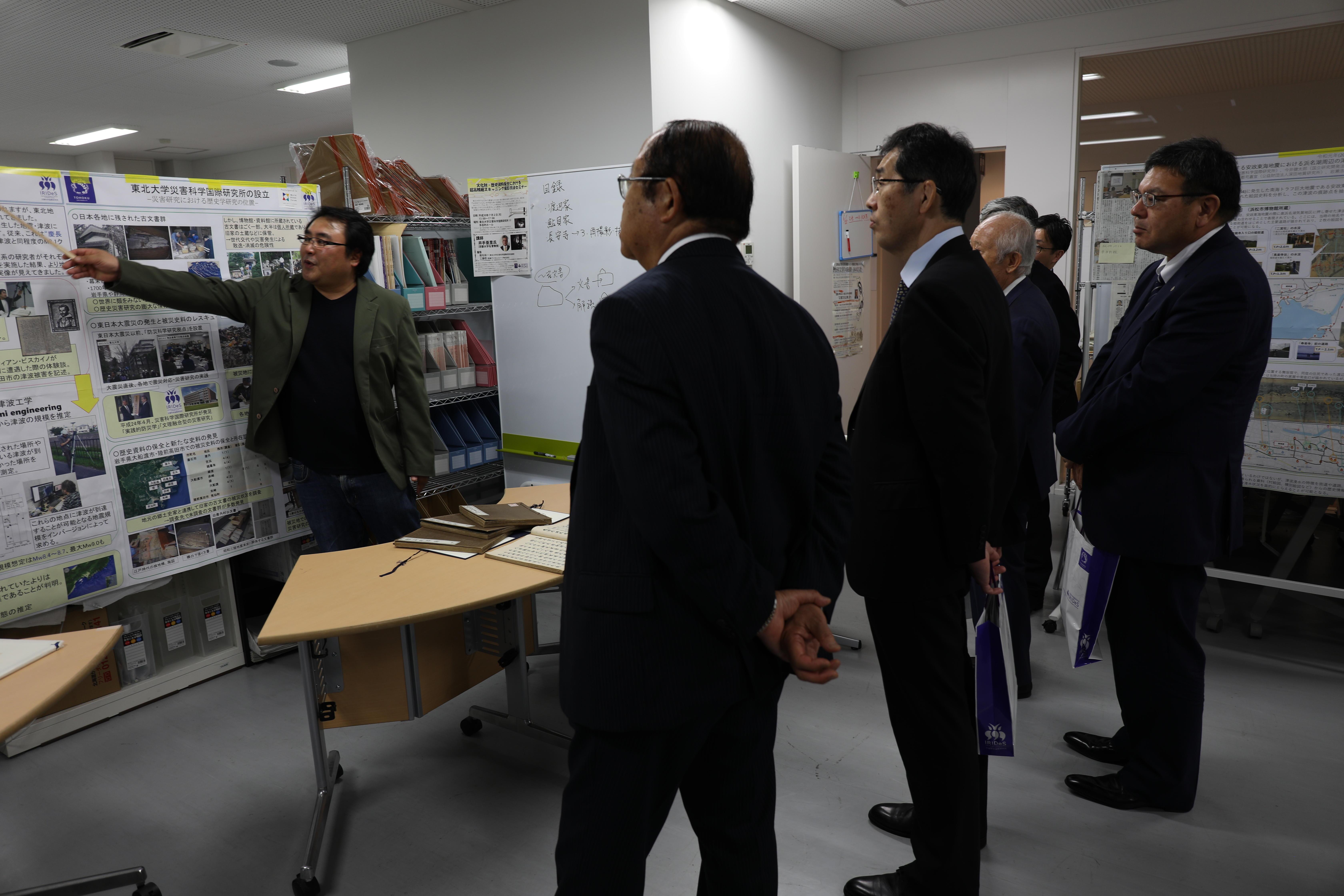 災害科学国際研究所の蝦名裕一准教授(左端)の説明を受ける