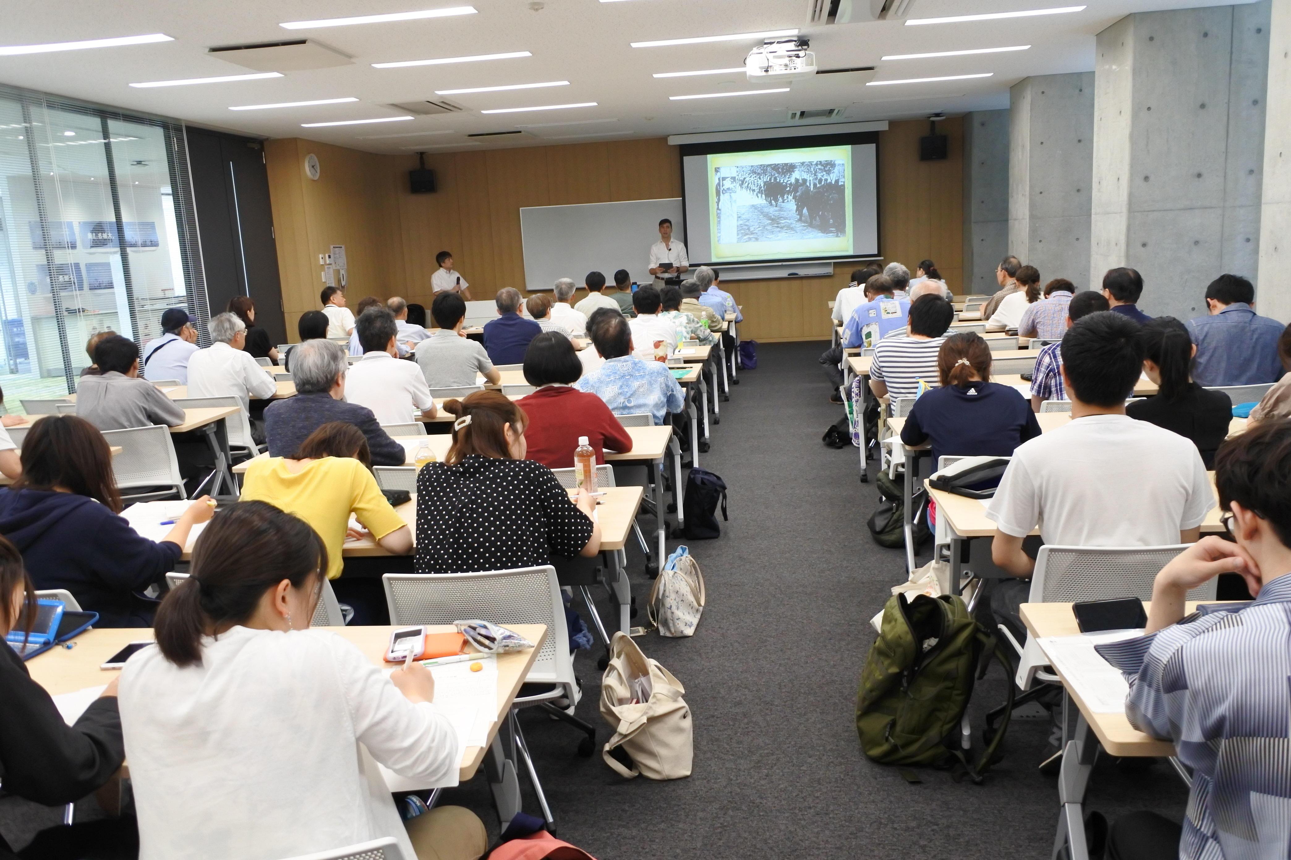 講演に集まった学生や一般の人たち