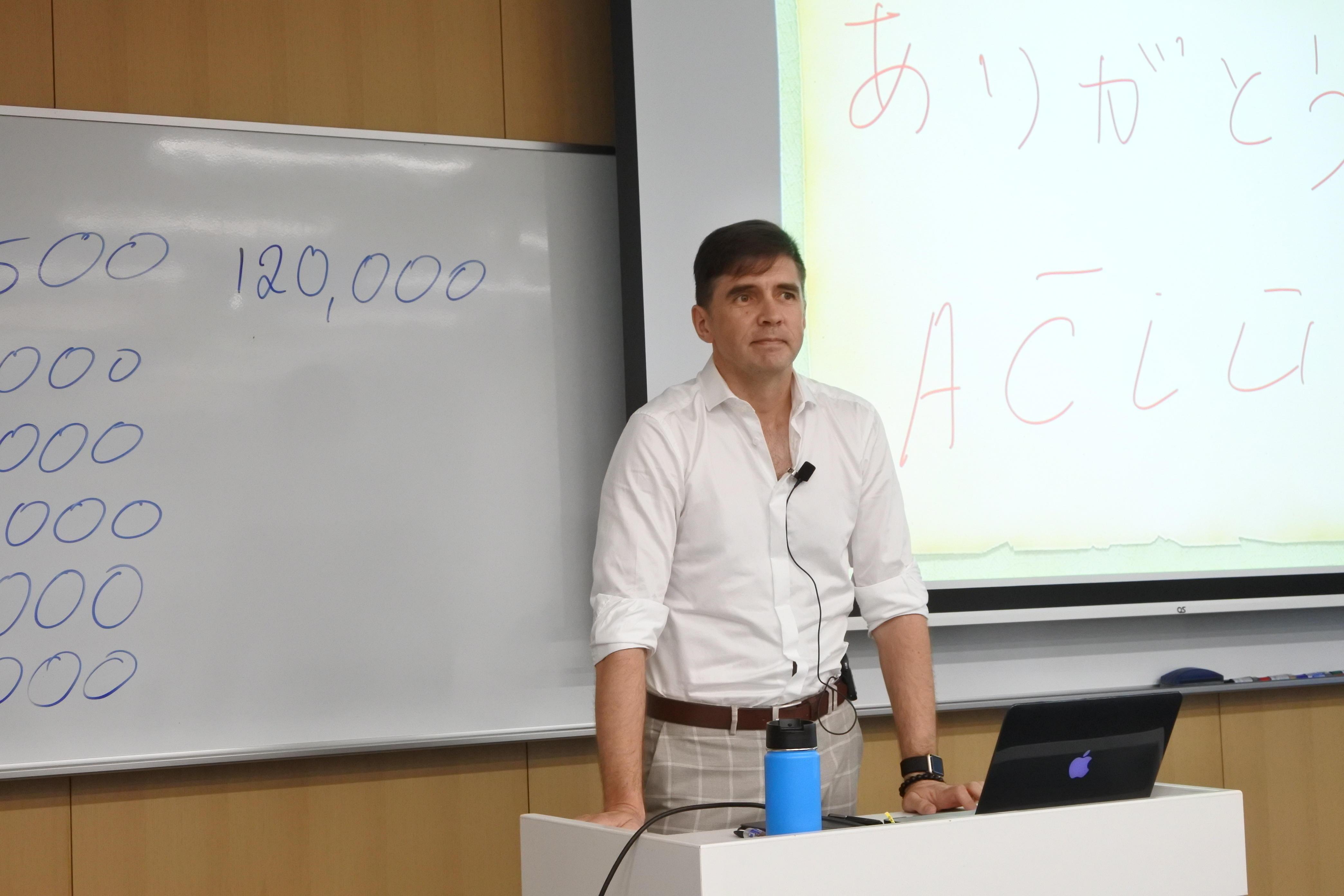 ナゴヤドーム前キャンパスで講演したストレルツォーヴァス准教授