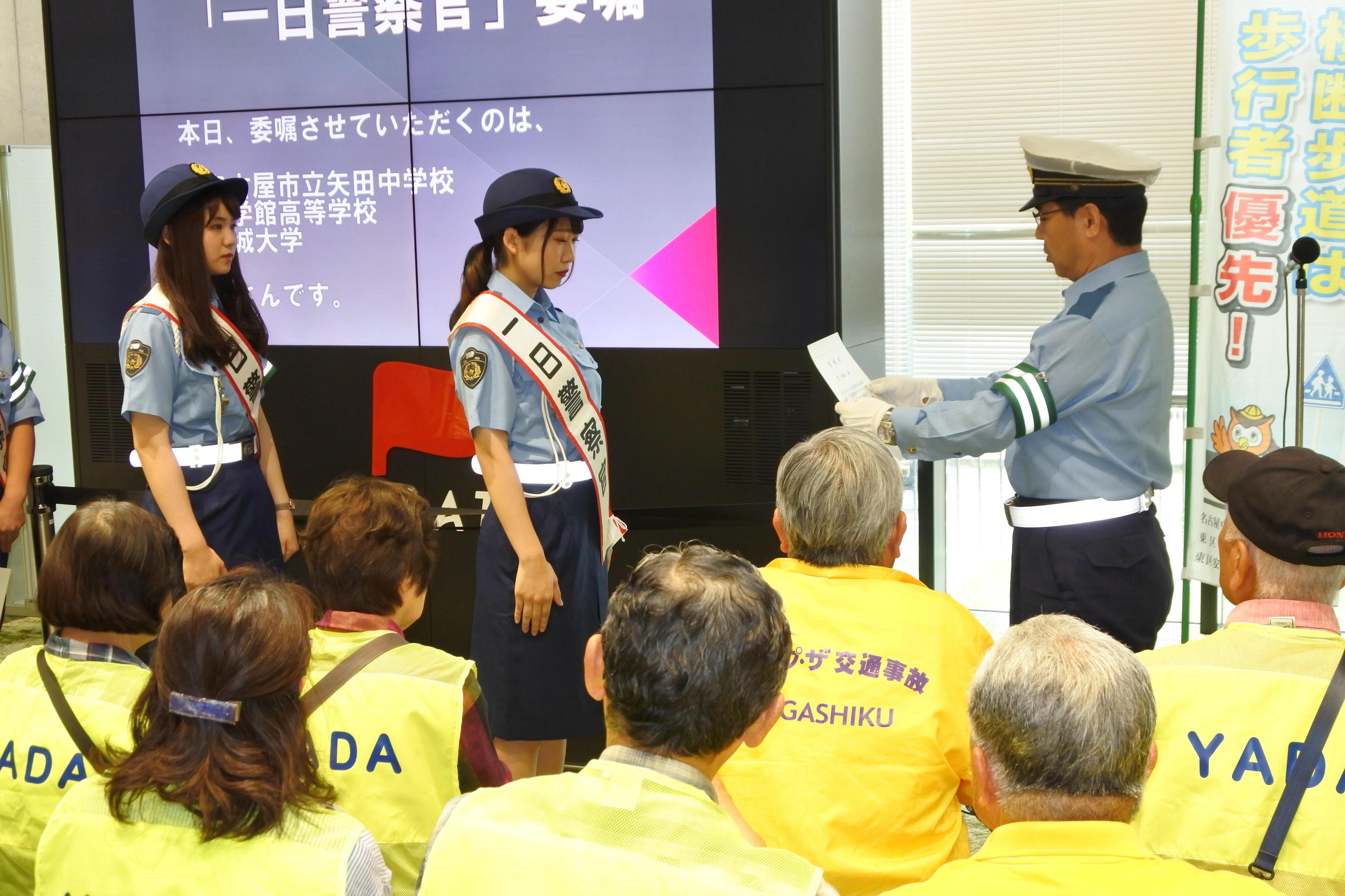 奥谷署長(右)から委嘱状を受ける菅さん(中央)と田中さん