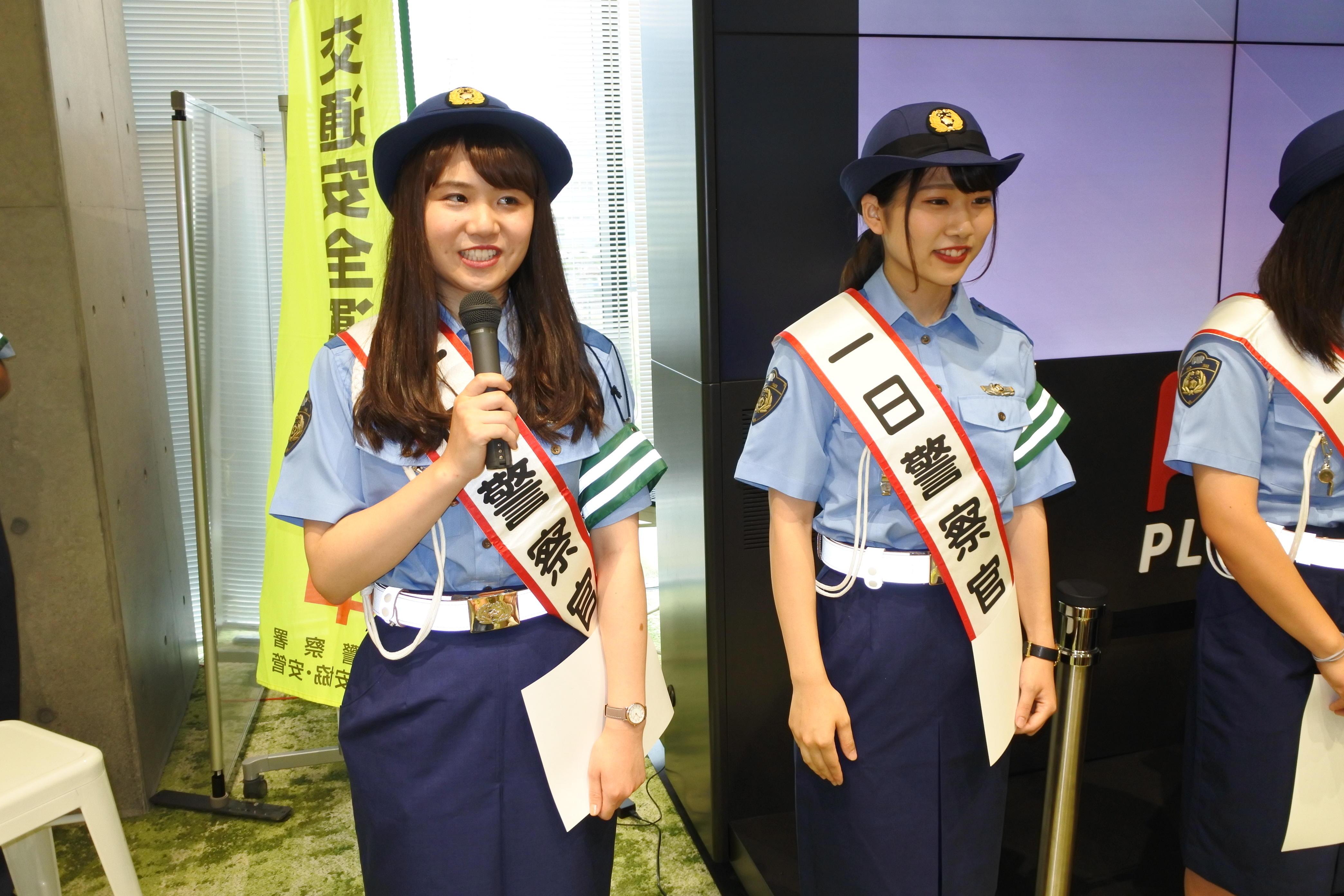 交通安全広報メッセージを述べる田中さん(左)と菅さん