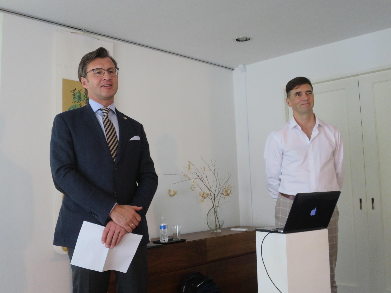 バルブオリス大使(左)から紹介を受けるストレルツォーヴァス准教授
