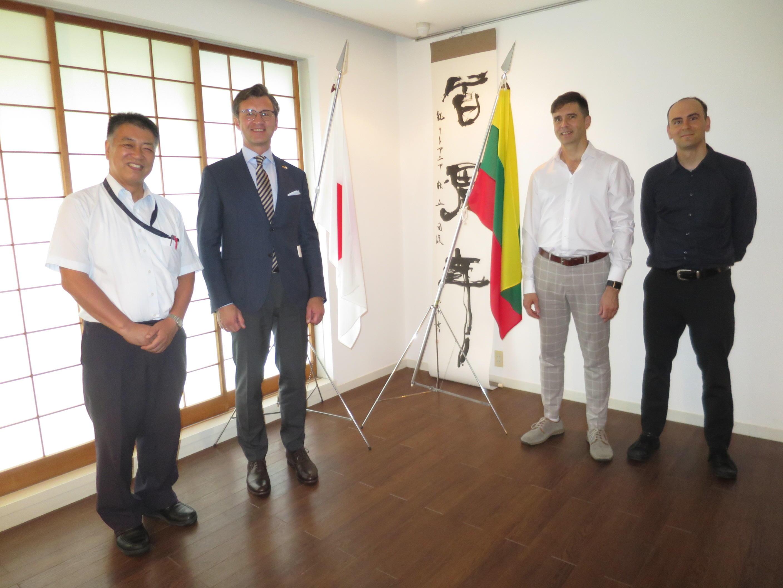 講演後、記念写真に納まる(左から)稲葉教授、バルブオリス大使、ストレルツォーヴァス准教授、グリーン准教授
