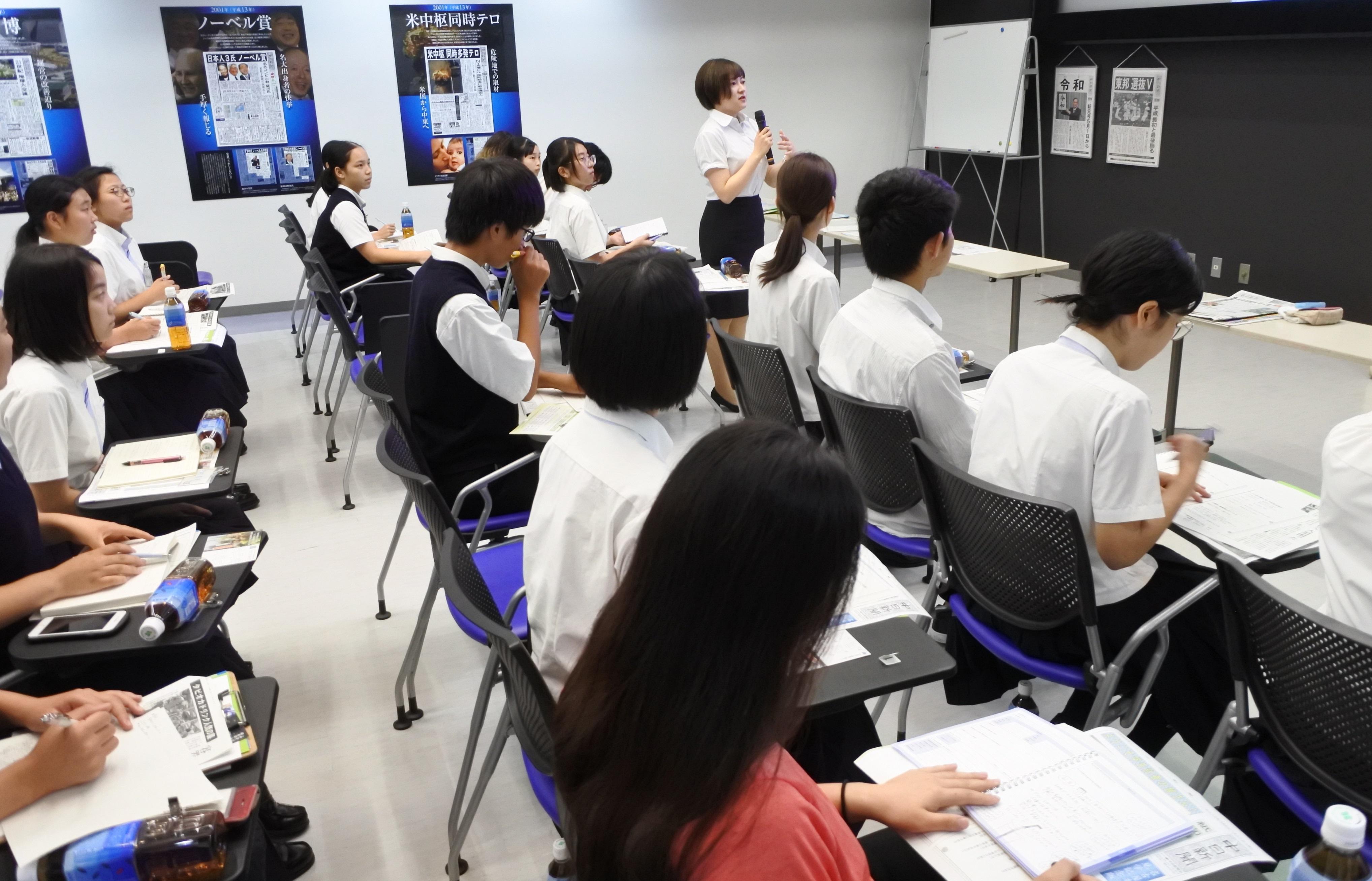 質問する森川明香さん(外国語学部3年)