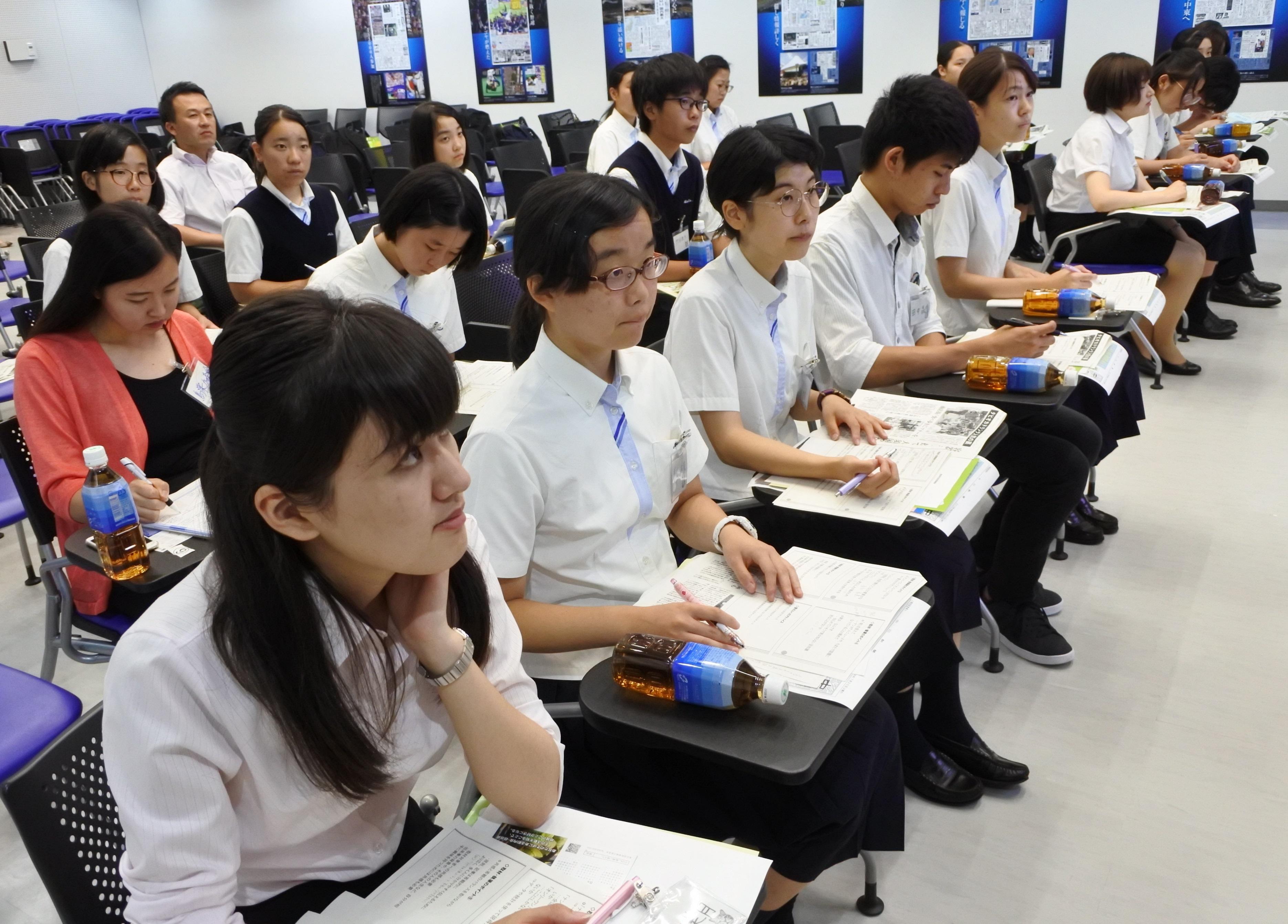 中日新聞社で井本記者の講演を聞く学生記者たち