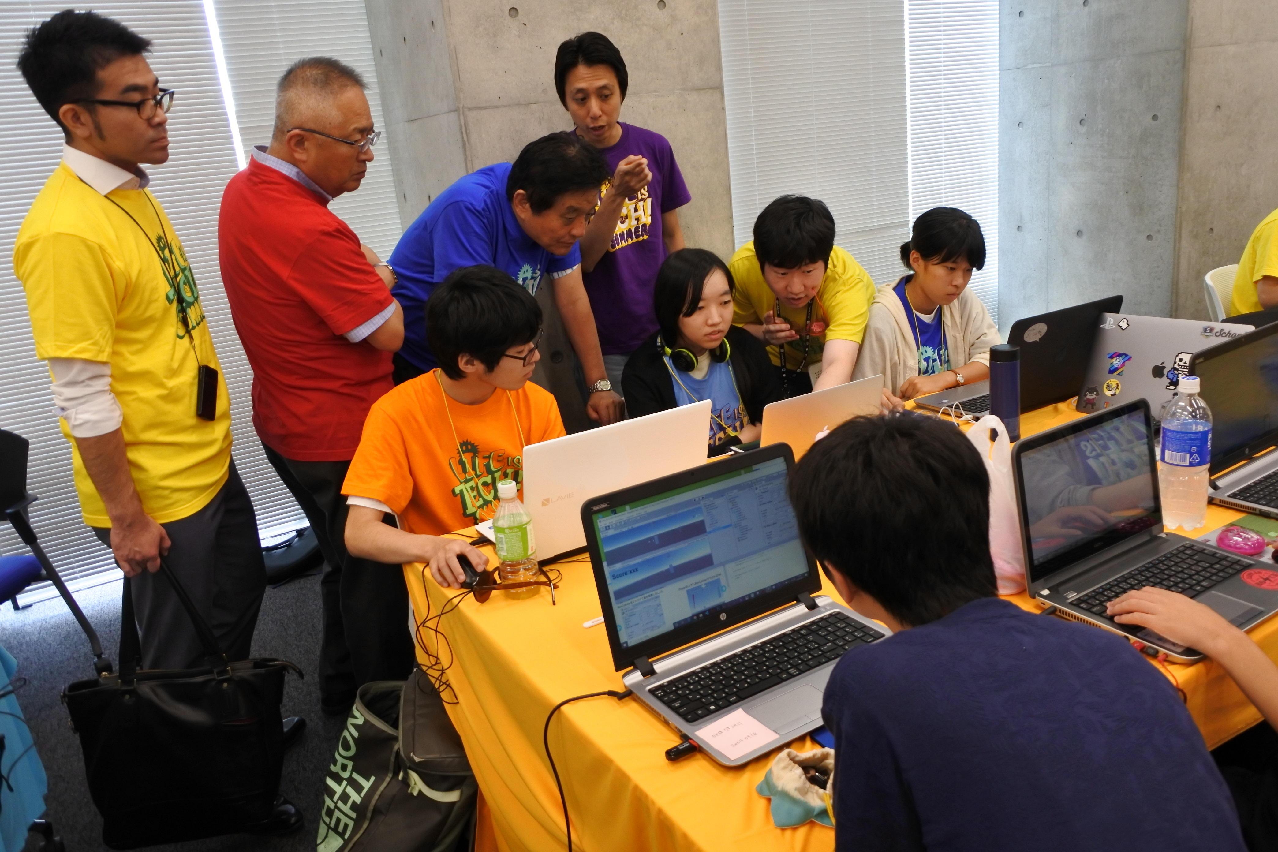 視察に訪れた名古屋市の河村たかし市長(青いTシャツ)と鈴木誠二教育長(赤いTシャツ)
