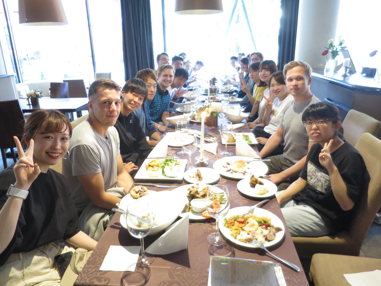 ビータウタス・マグヌス大学の学生と夕食