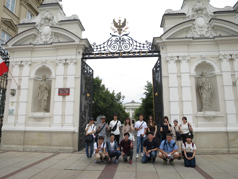 ワルシャワ大学の門で記念撮影