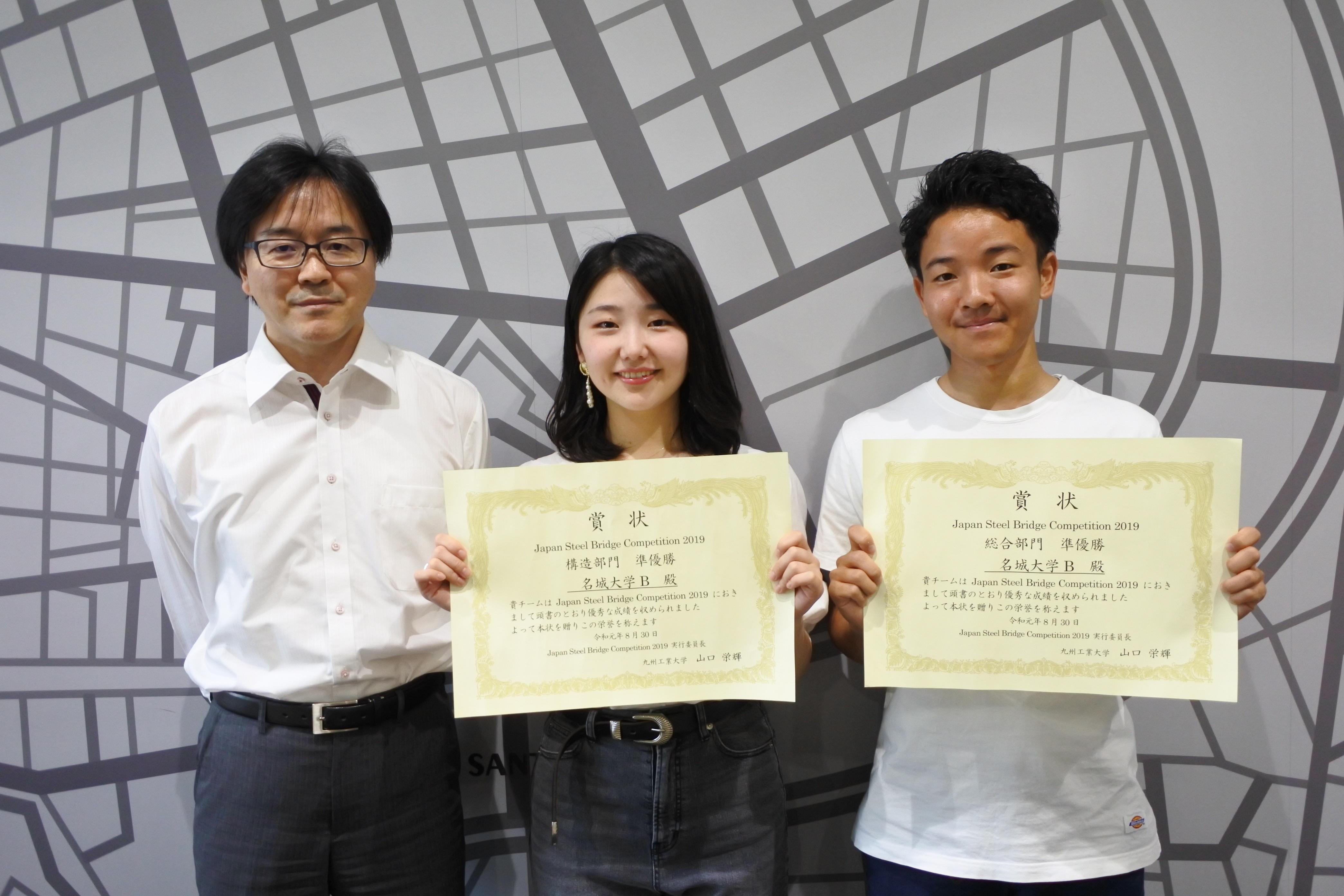 (左から)渡辺孝一准教授、サブリーダーの嶋菜乃子(なのこ)さん(3年)、リーダーの中西祥経(よしのり)さん(3年)