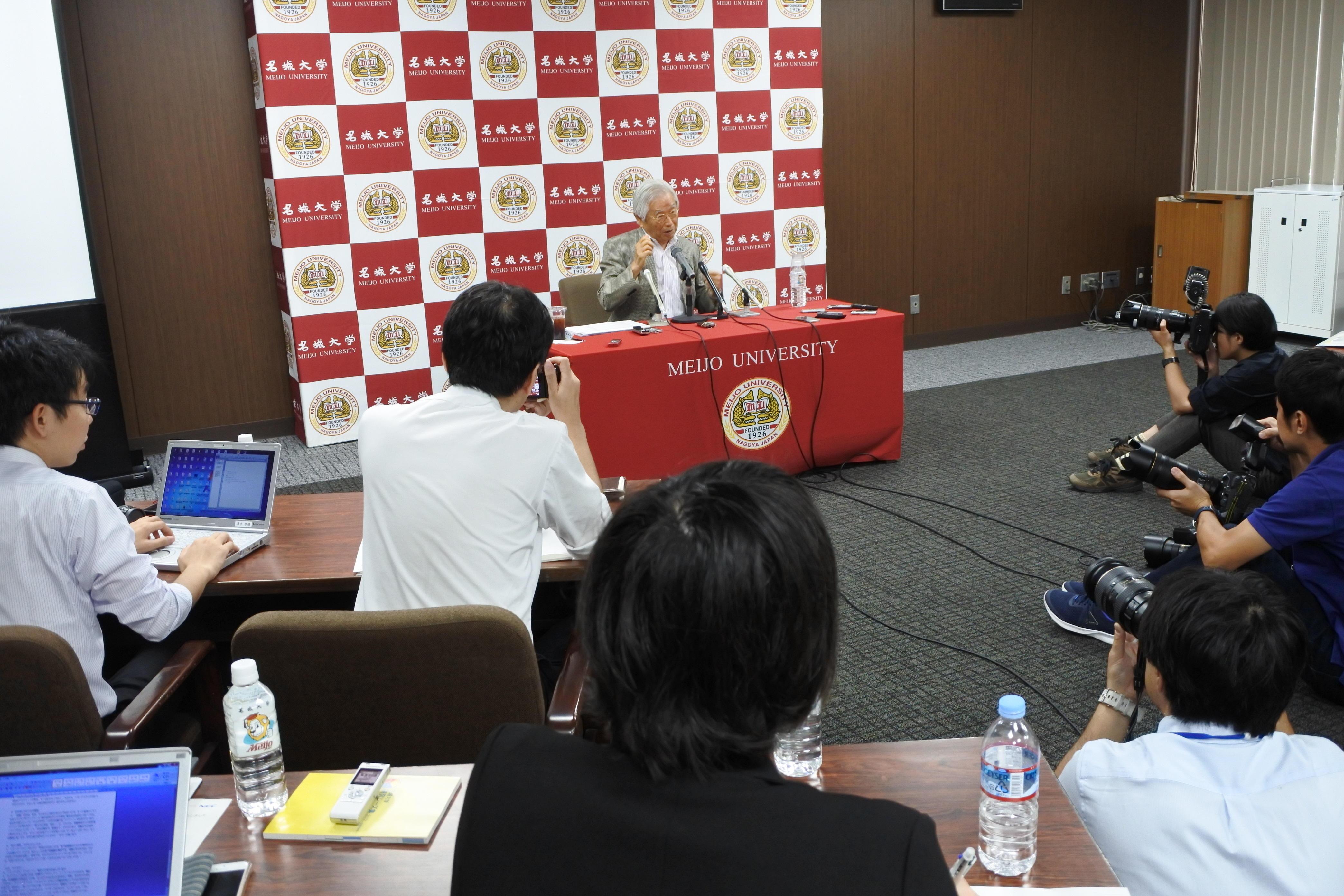 記者の質問に答える飯島澄男終身教授