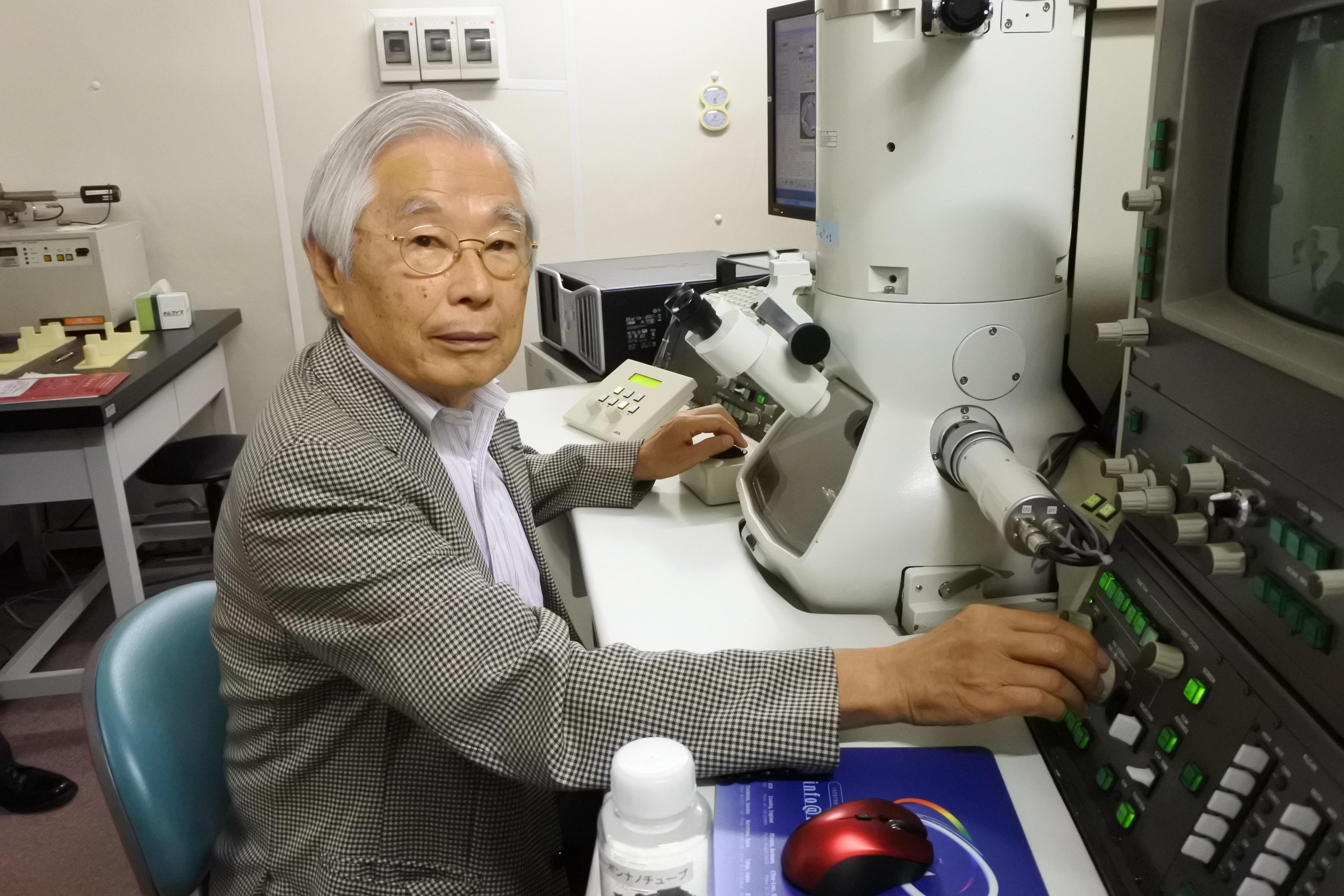 電子顕微鏡に向かう飯島澄男終身教授