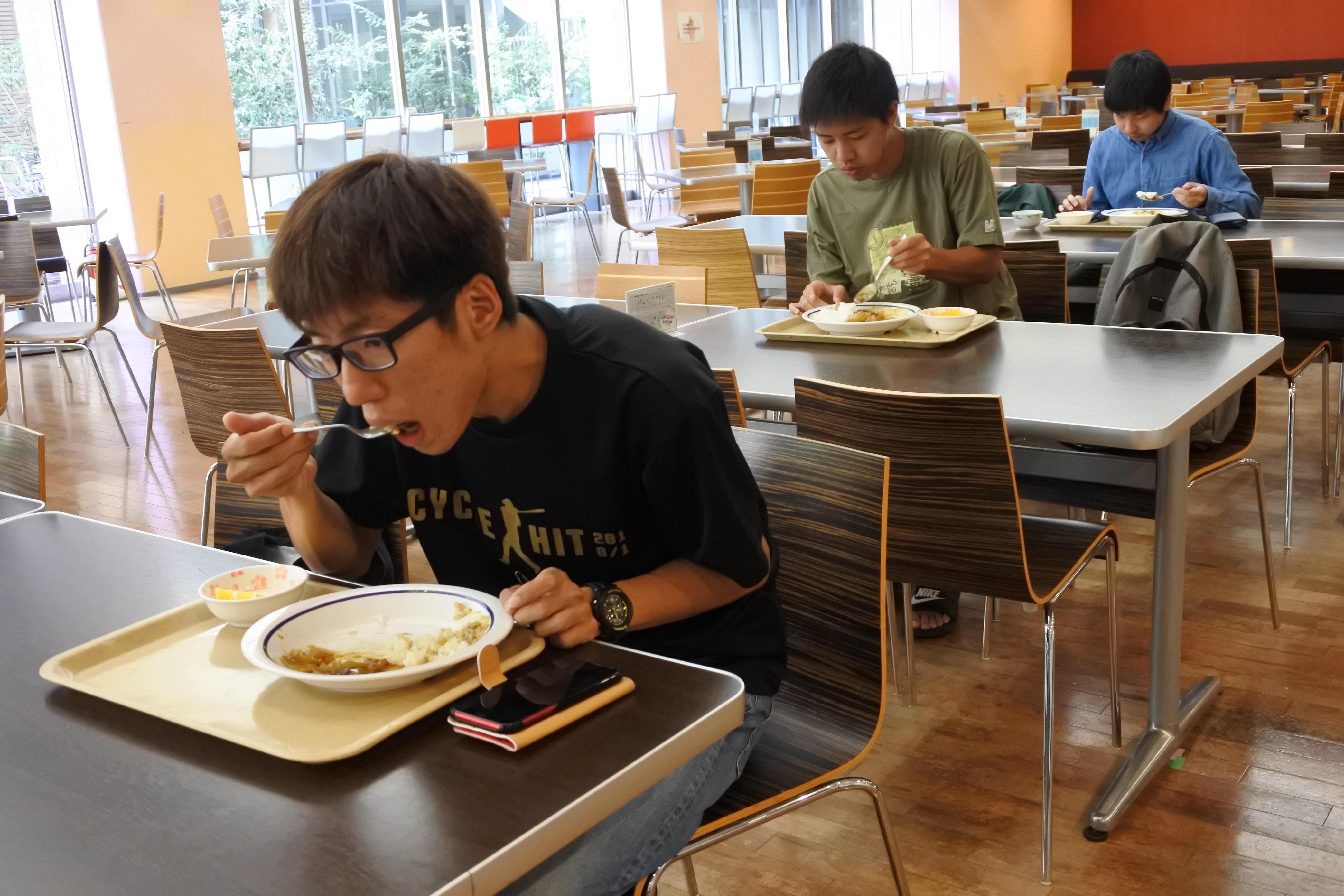 名城食堂で100円朝食を食べる学生たち