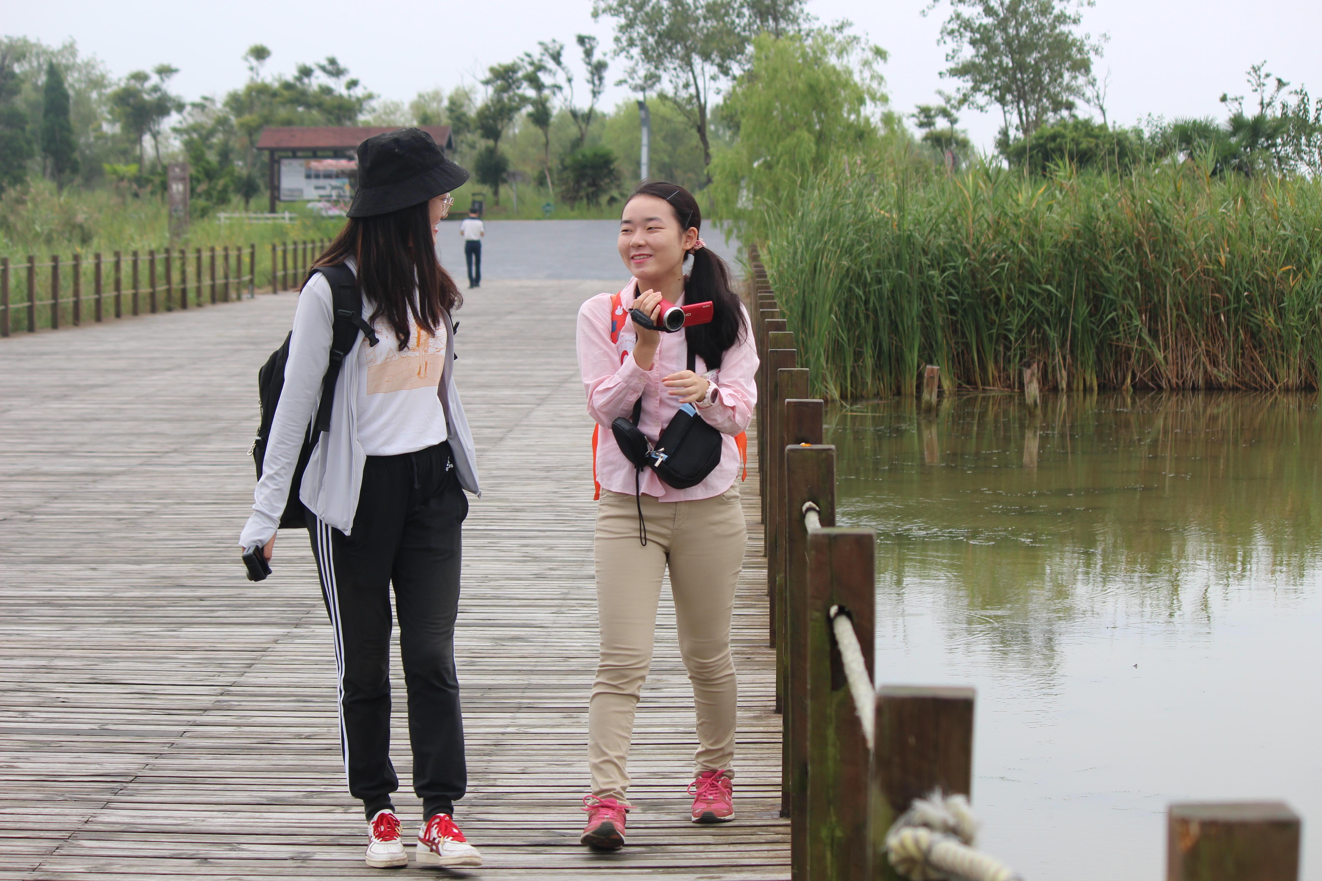 河海大学の学生と塩城自保護区を見学(右)
