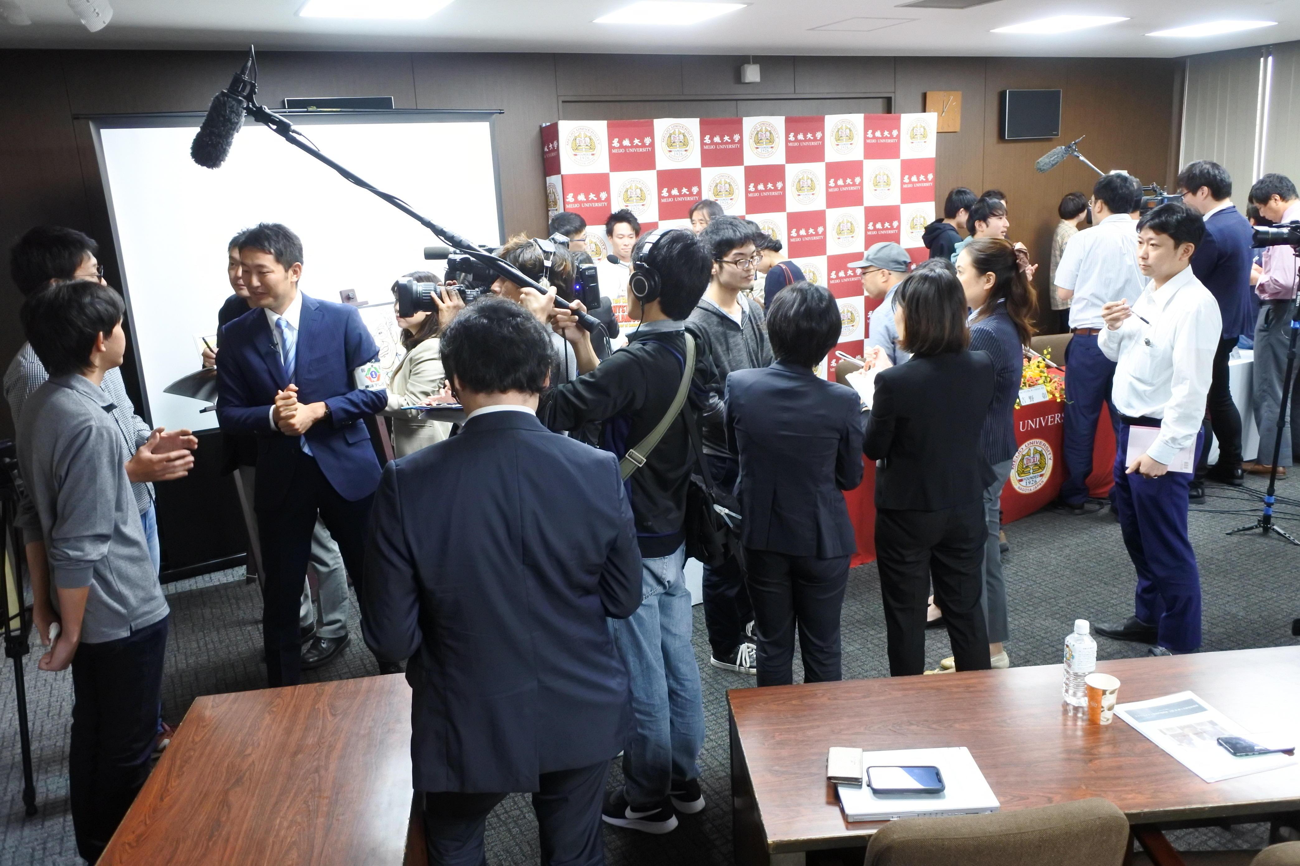 記者会見後、マスコミのインタビューを受ける院生たち