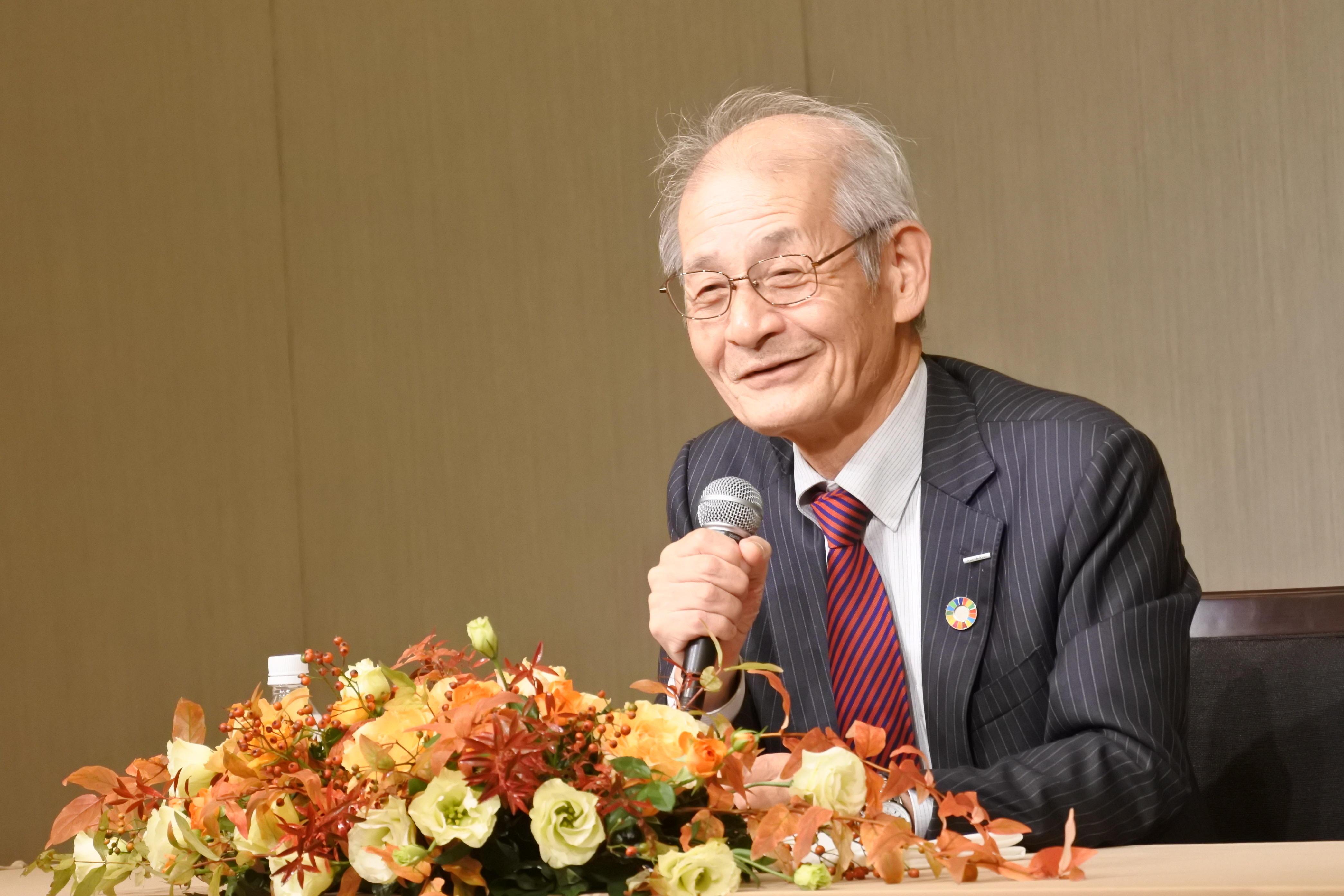 いつもの笑顔で記者会見する吉野彰教授