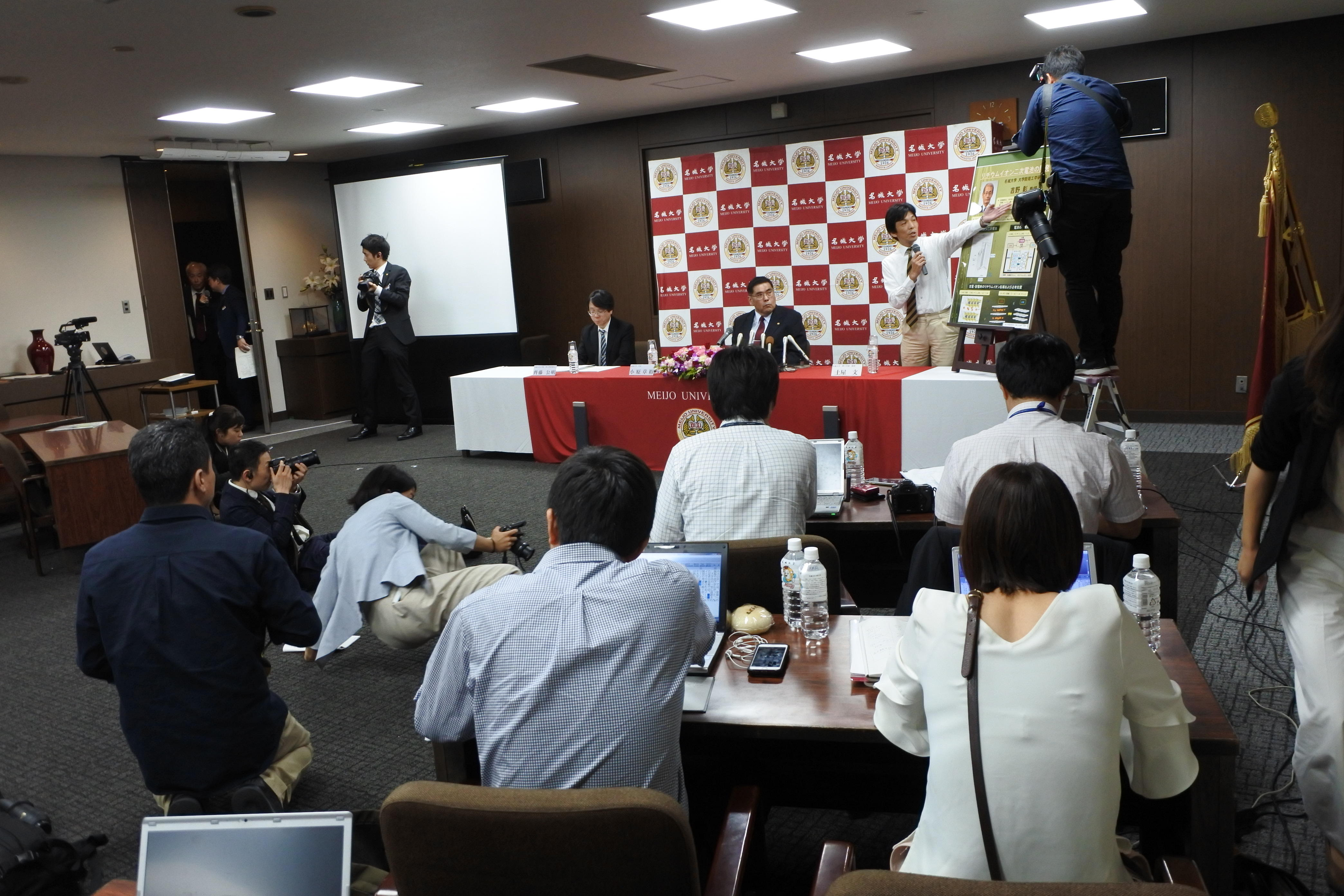 記者会見に集まった大勢の報道陣
