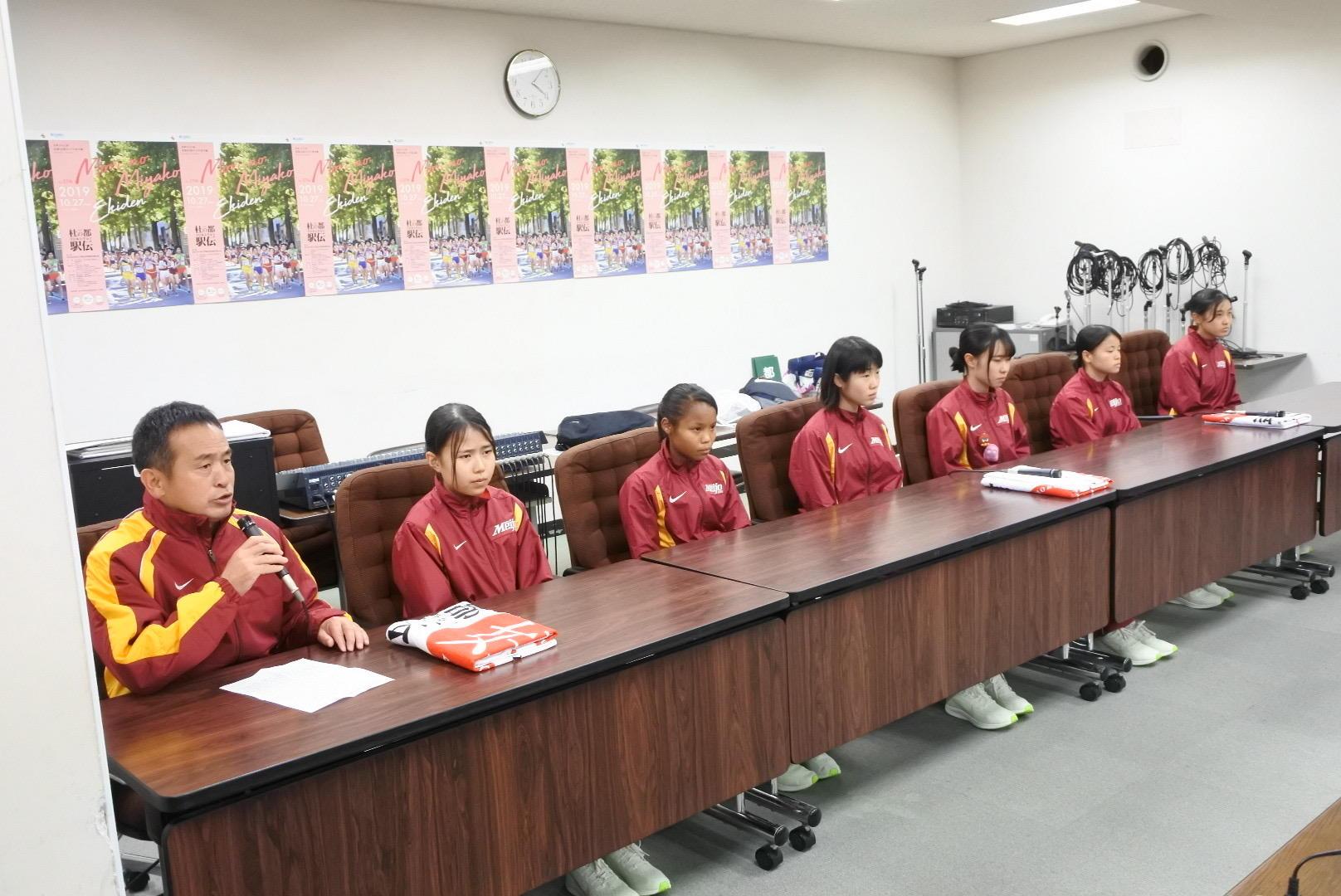 記者会見する米田監督と6選手