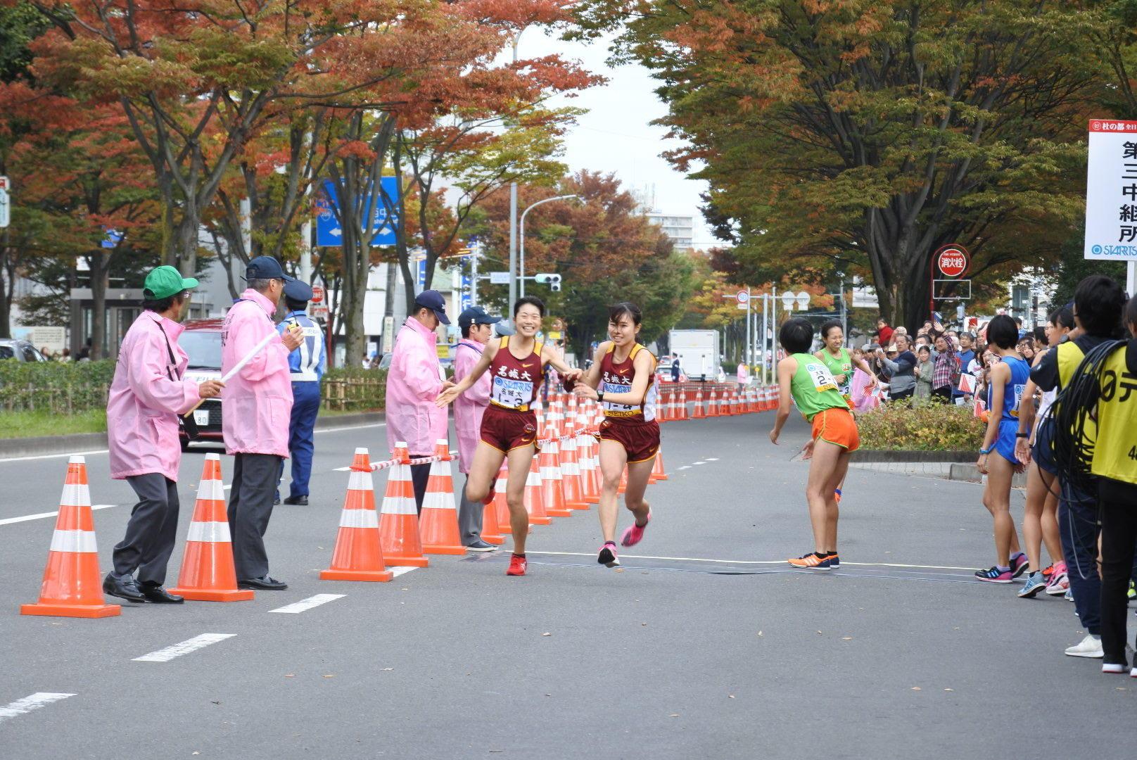 和田選手からたすきを受け取り力強く走り出す4区の山本有真選手