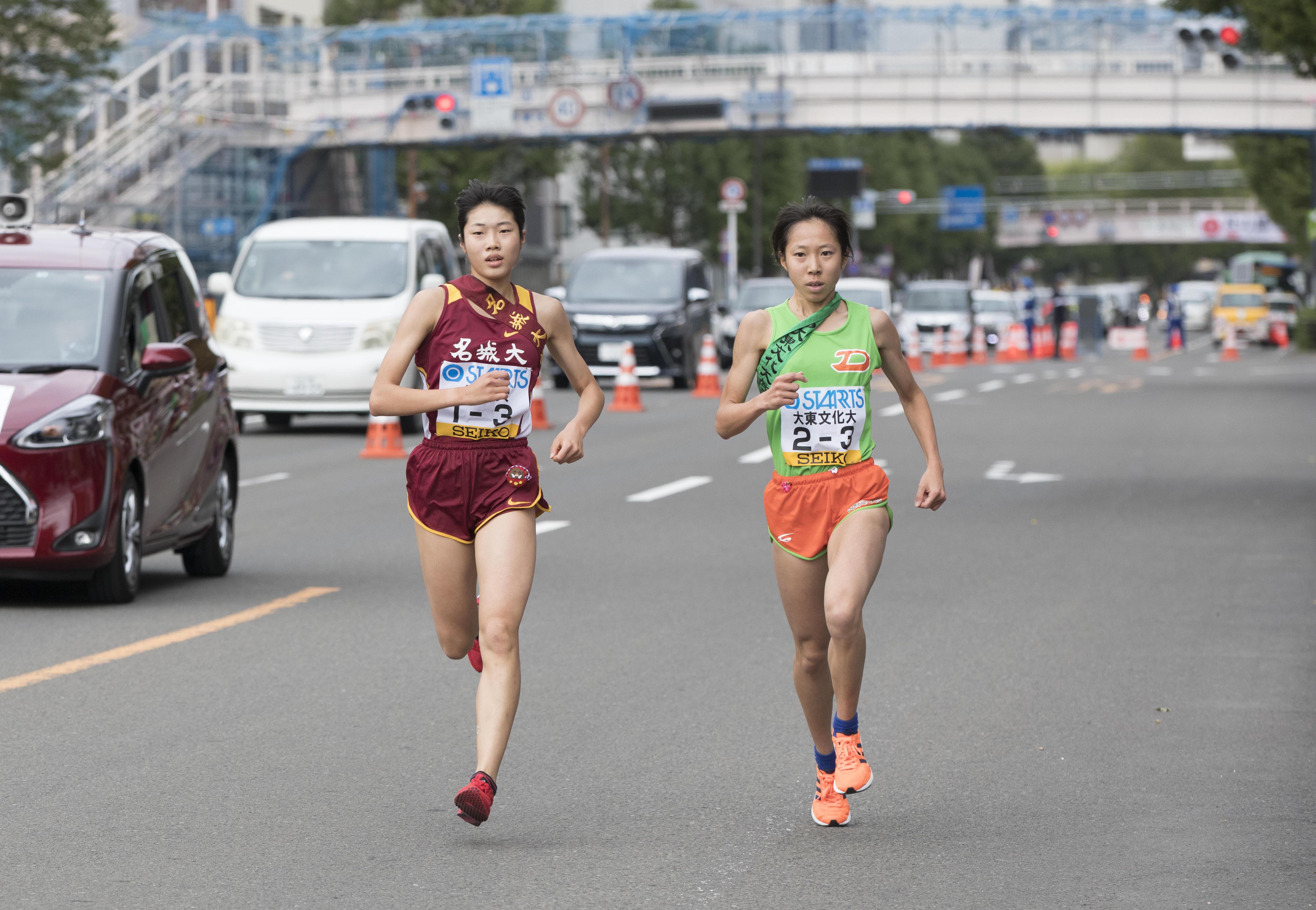 大東文化大学鈴木選手と競り合う3区の和田有菜選手