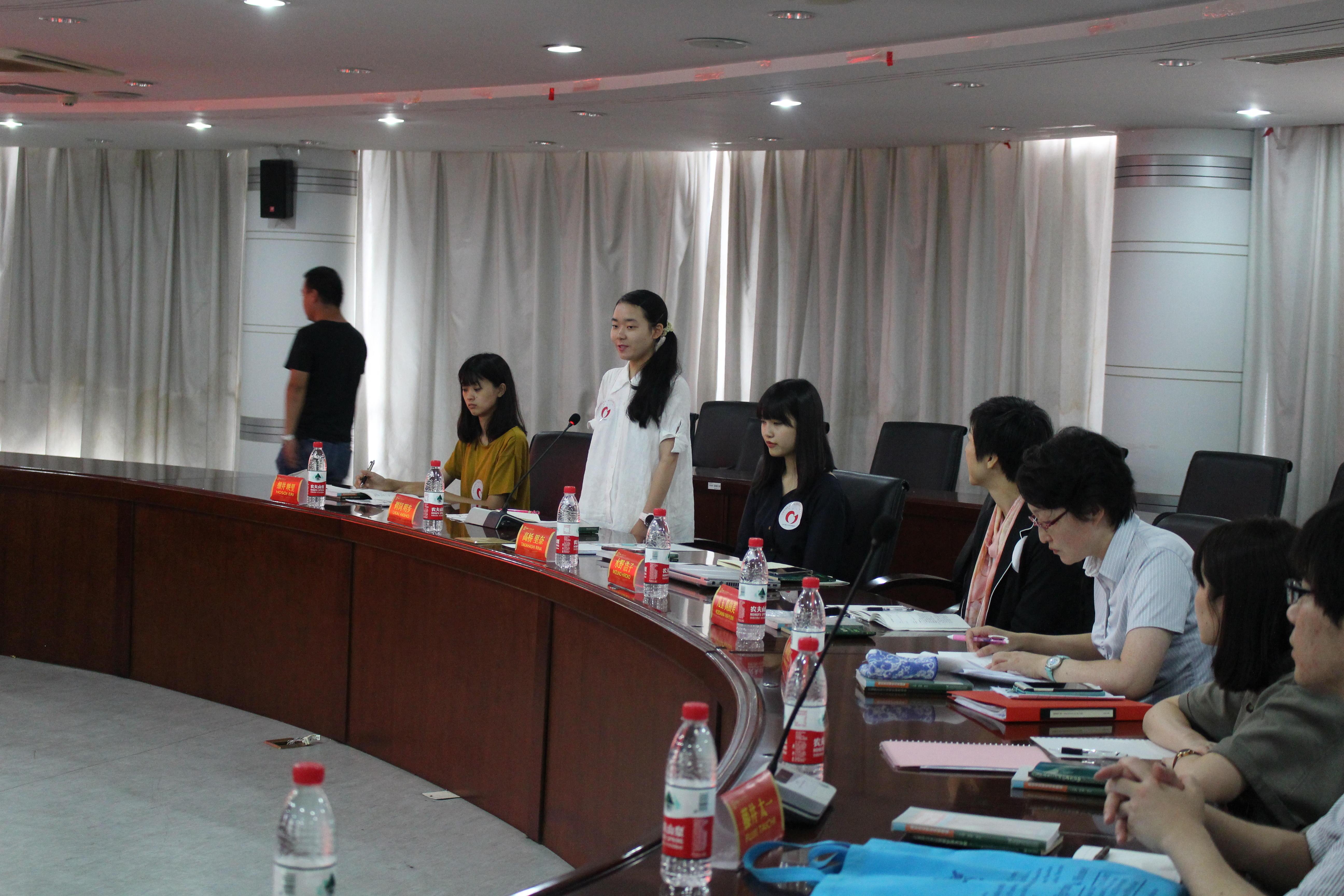 南京師範大学との交流で発言する鵜飼さん(左から3人目)