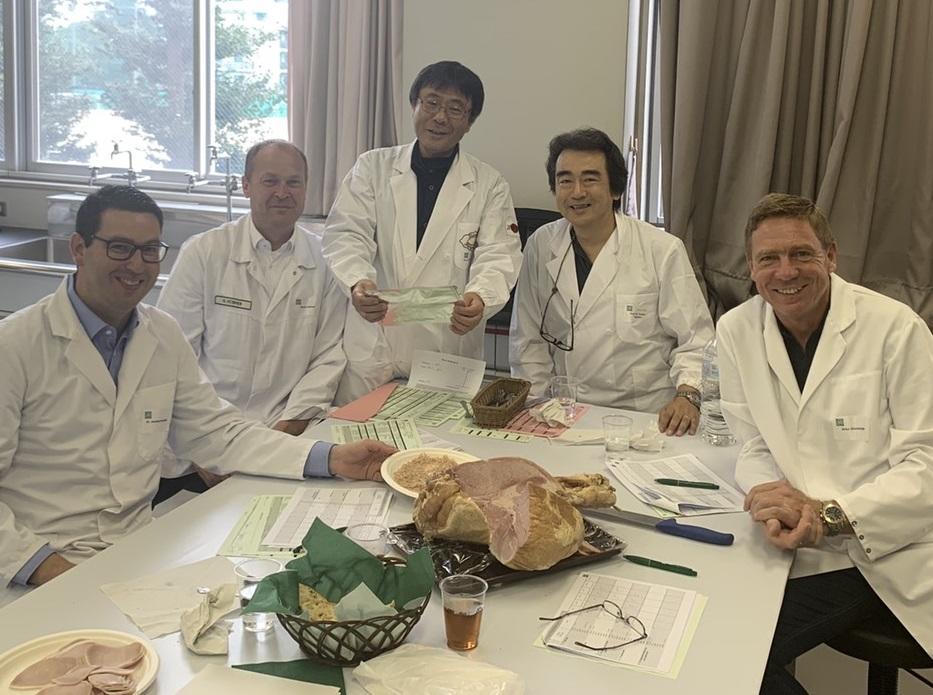 食品コンテストで審査員を務めた林教授(右から2人目)