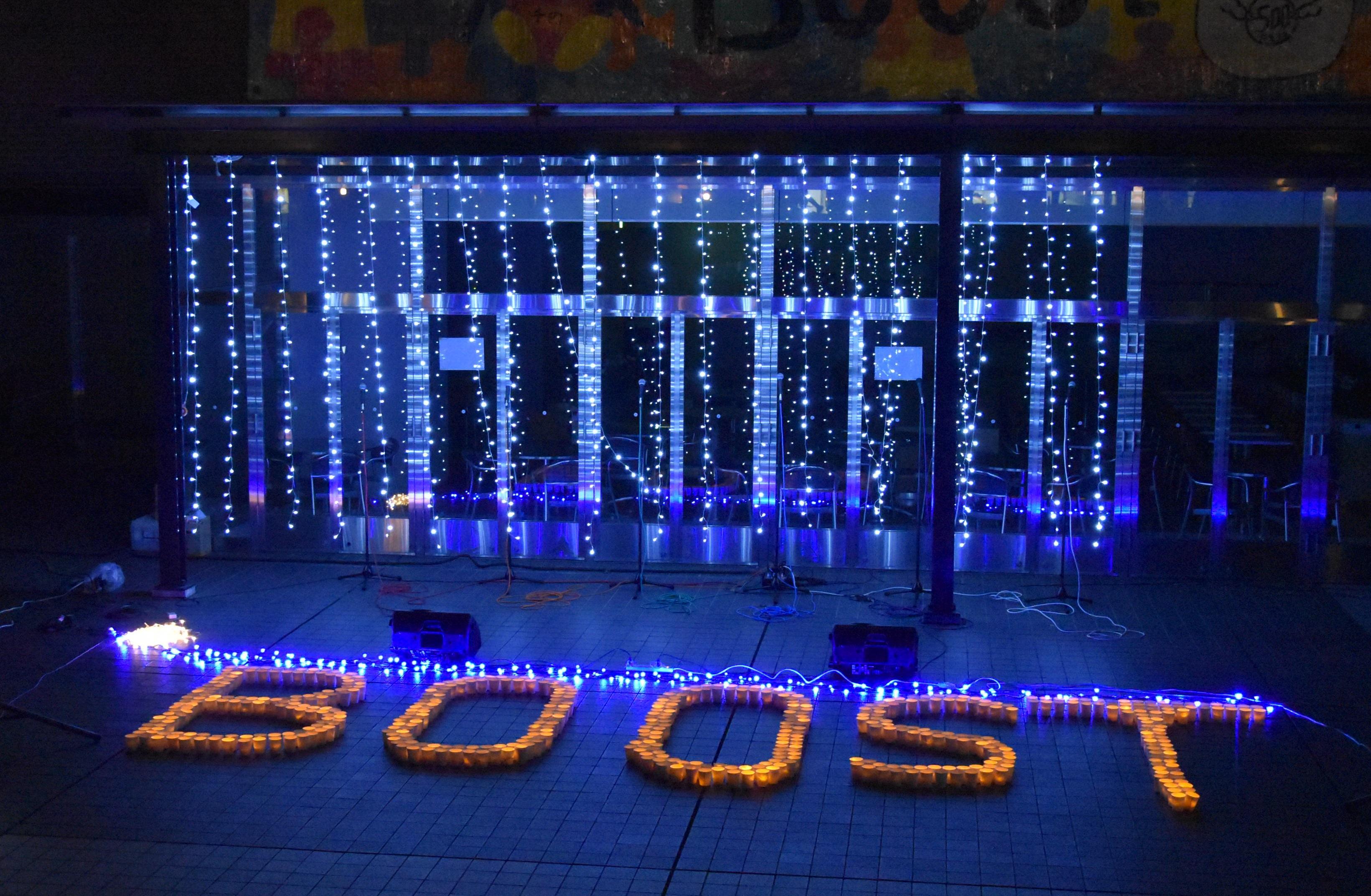 ろうそく型LEDライトで描かれた「BOOST」の文字