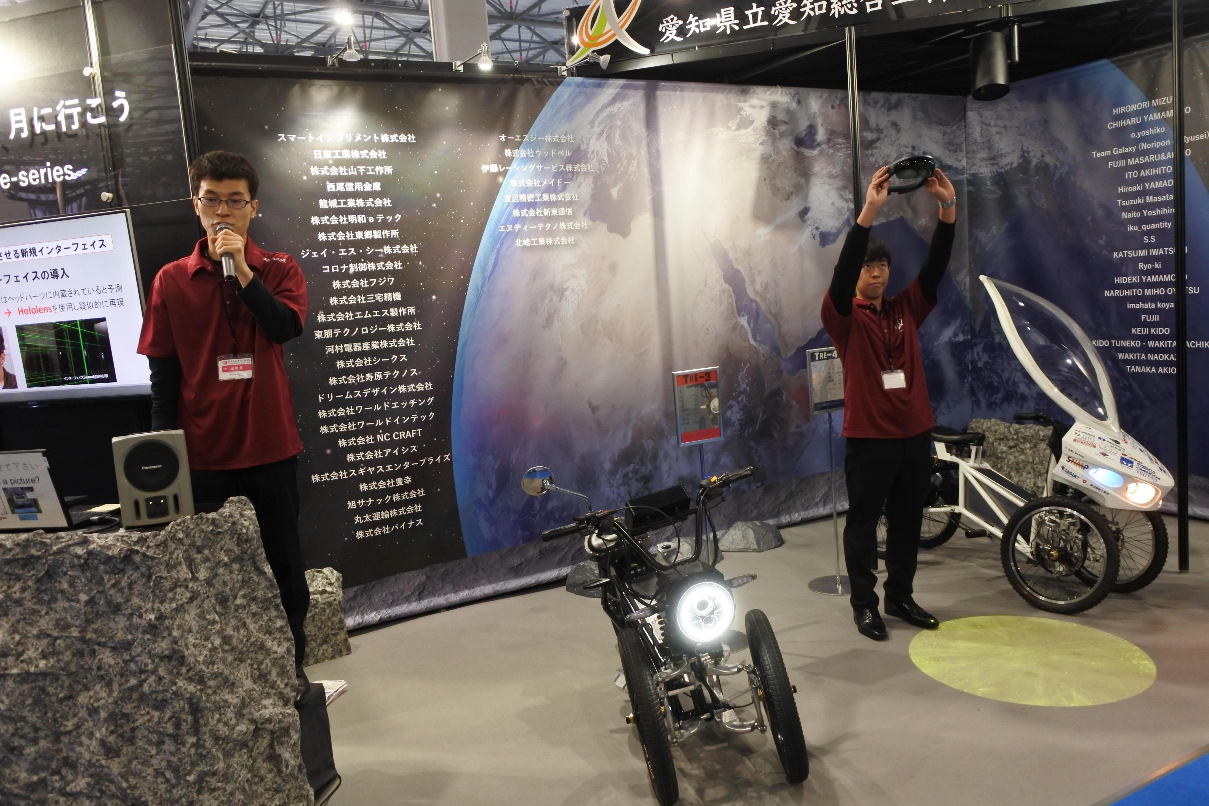 解説する専攻科の神谷孝祐さん(左)と百々光平さん