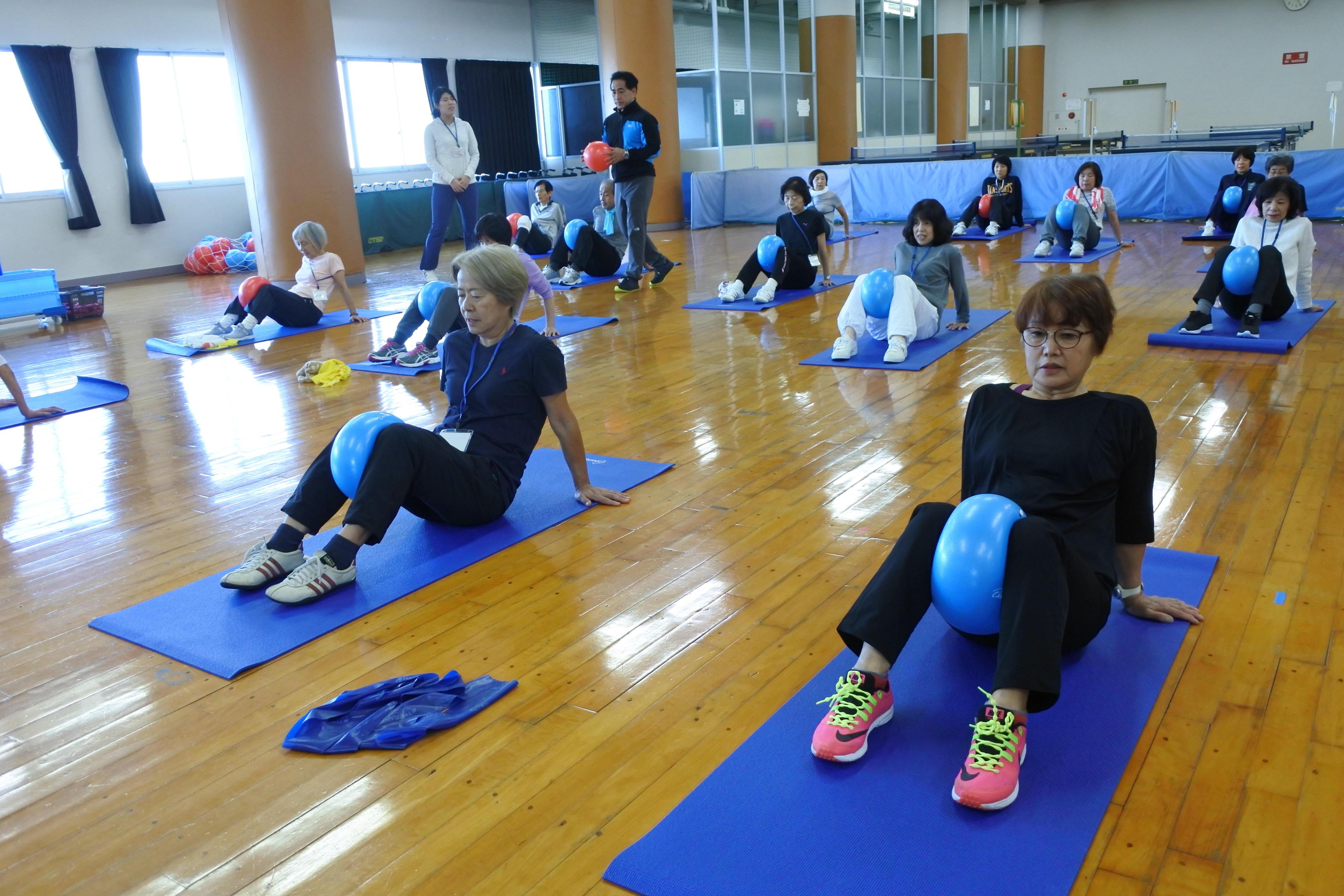 健康実践教室で体を動かす参加者